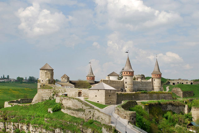 http://upload.wikimedia.org/wikipedia/commons/2/22/Kamianets-Podilskyi-1.jpg
