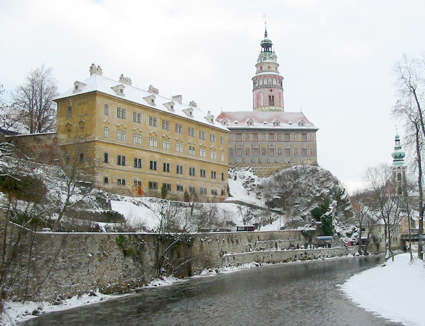 Description krumlov castle from the river bank