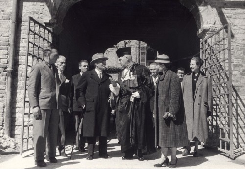 The Magnificus Rector of the Pavia University Plinio Fraccaro, wearing gown and academic cap, welcomes the President of Republic Luigi Einaudi, 13 April 1955 - Academic dress