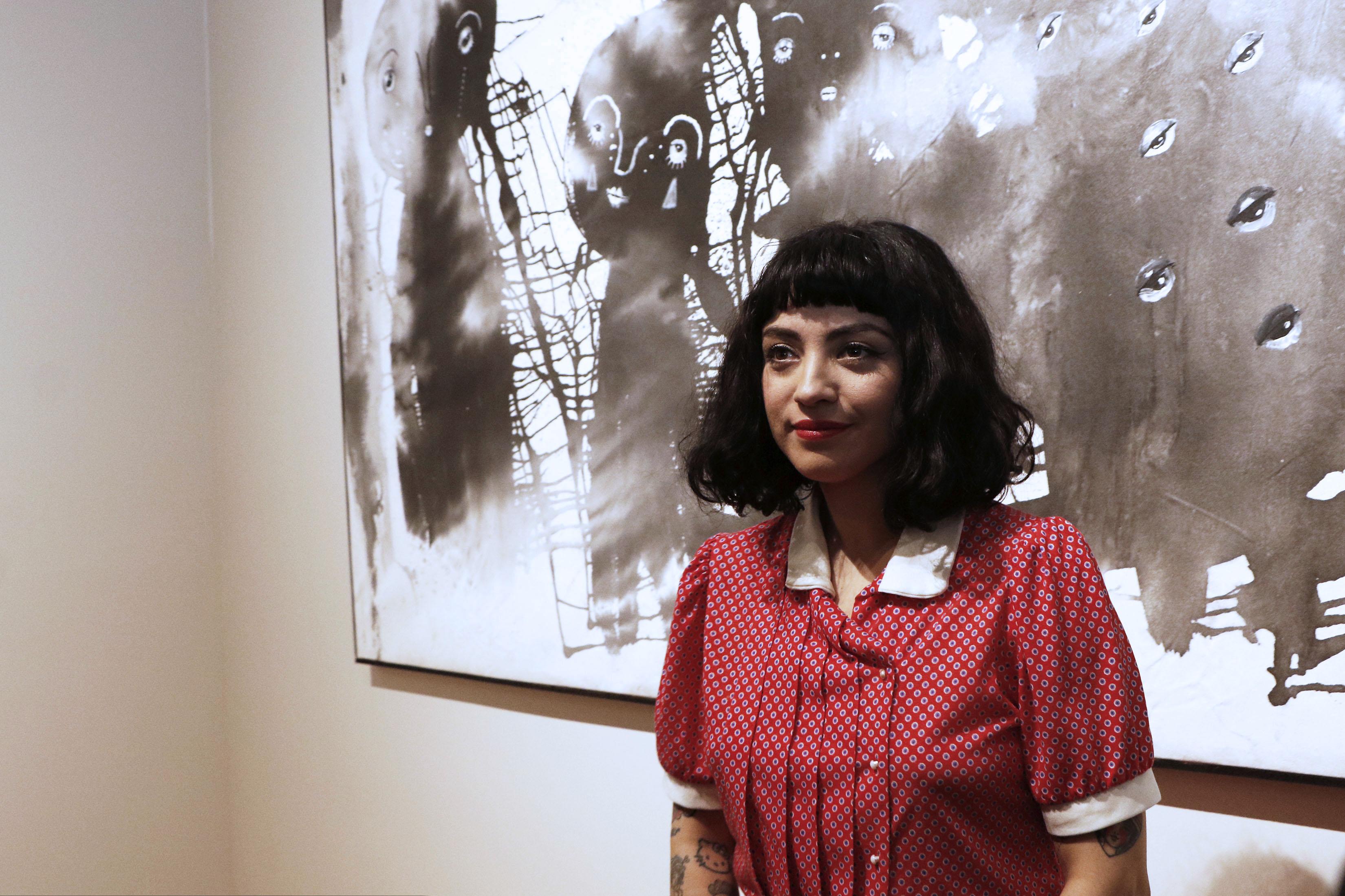 """Mon Laferte en la inauguración de su exposición """"Gestos""""."""