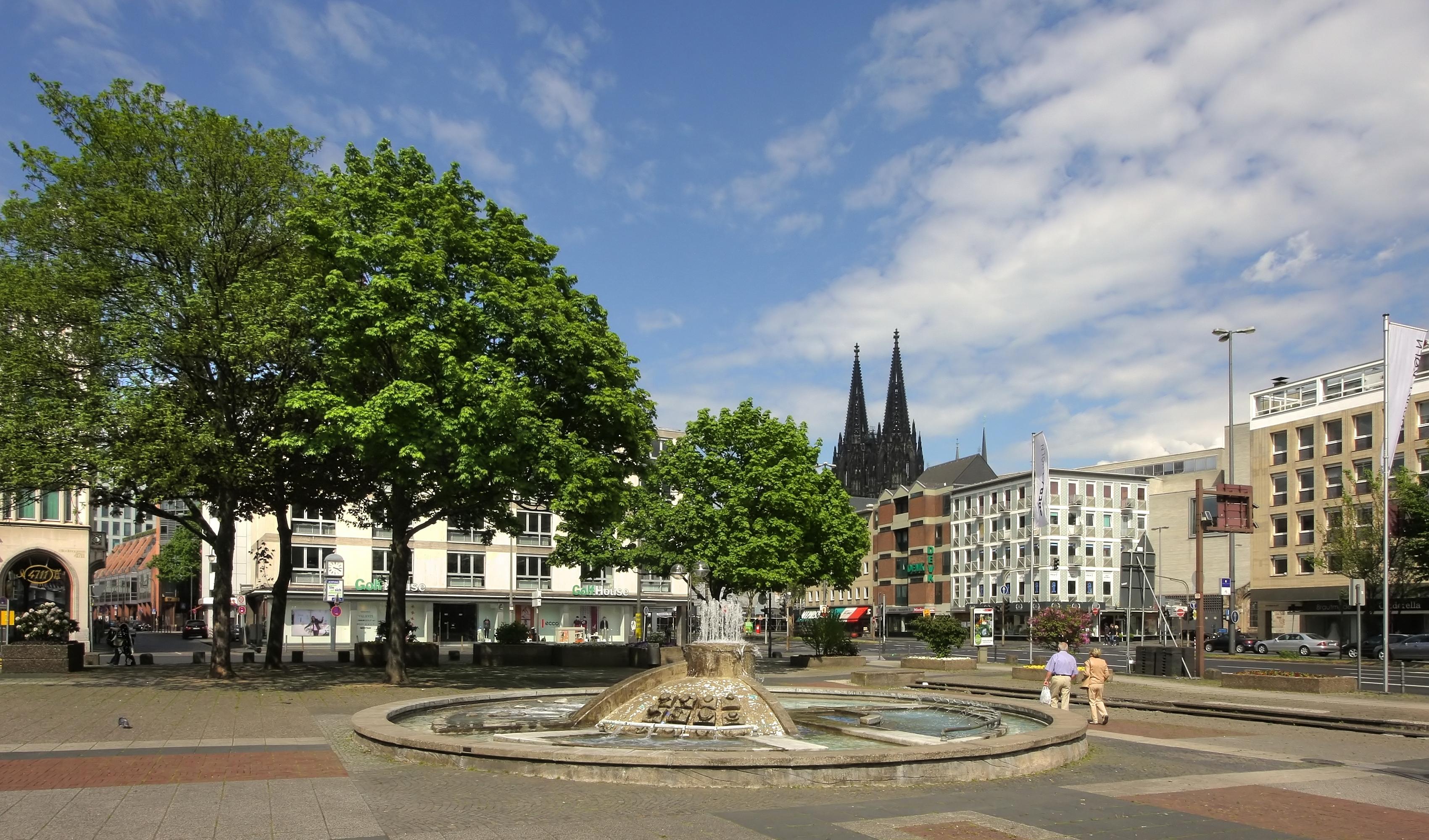 File:Offenbachplatz Köln mit Opernbrunnen (9395-97).jpg