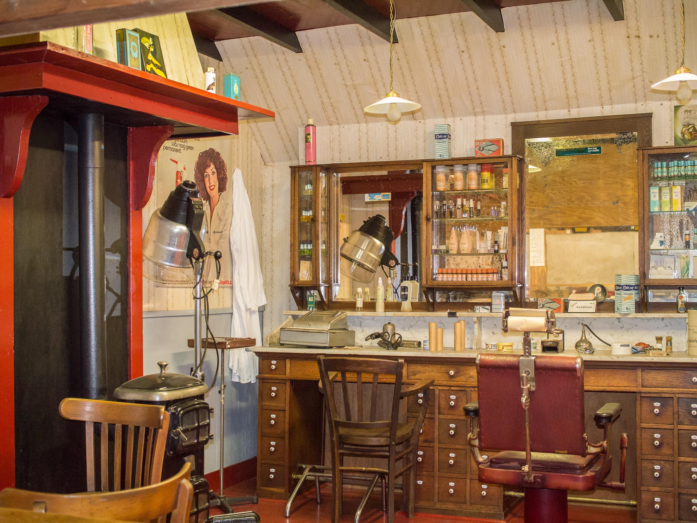 File openluchtmuseum ellert en bammert te schoonoord for Kappers interieur