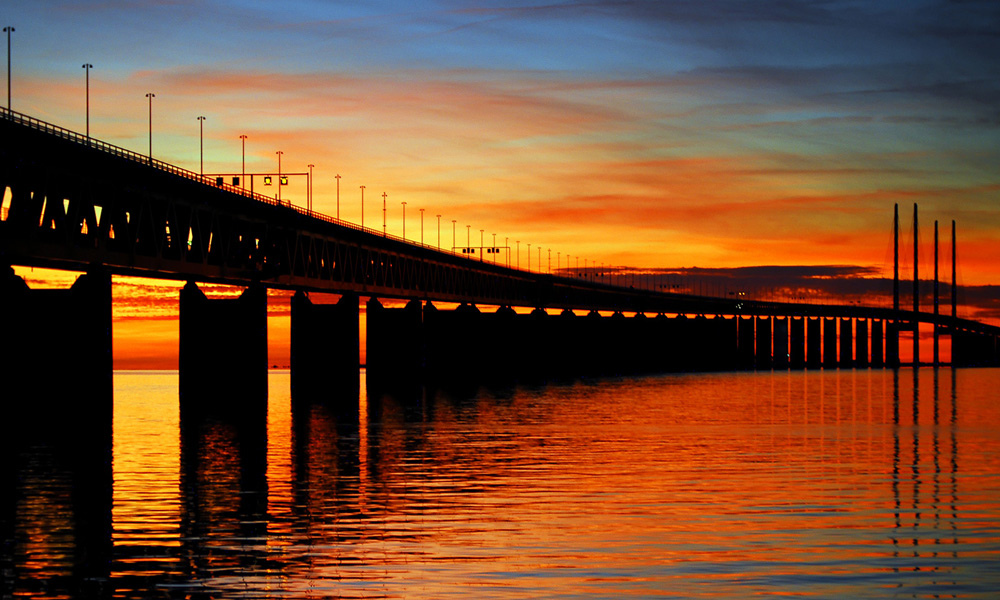 https://upload.wikimedia.org/wikipedia/commons/2/22/Oresund_Bridge_-_Malmo,_Sweden.jpg