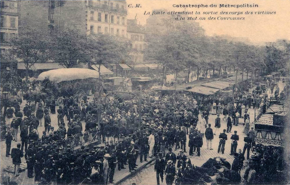 Accidente en el Metro de París, en el que murieron 84 personas. Esperando por la salida de los cuerpos de las víctimas.