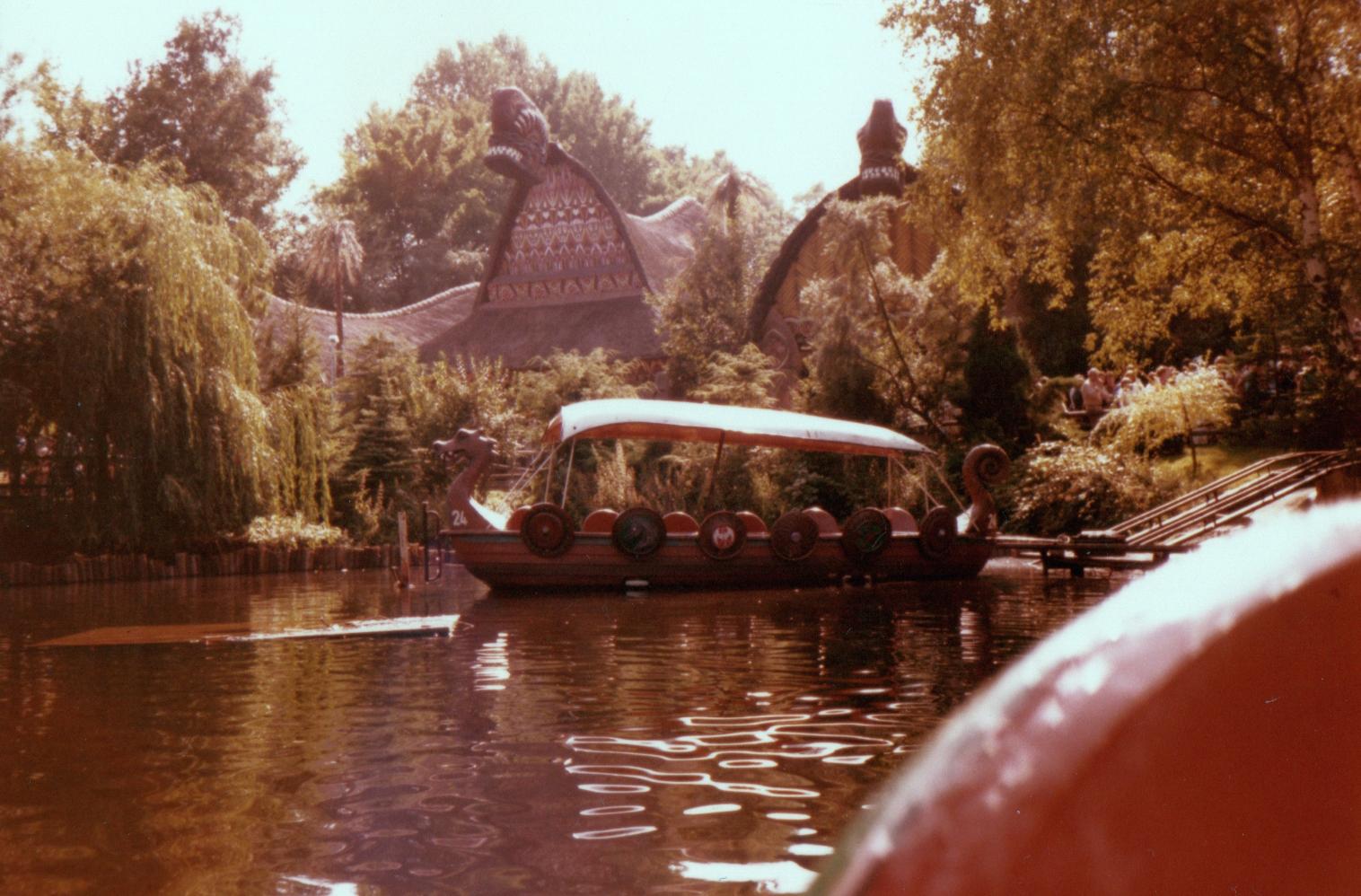 [Tokyo Disneyland] Jungle Cruise : Wildlife Expeditions (8 septembre 2014) - Page 2 Phantasialand_Wikinger_Bootsfahrt1981