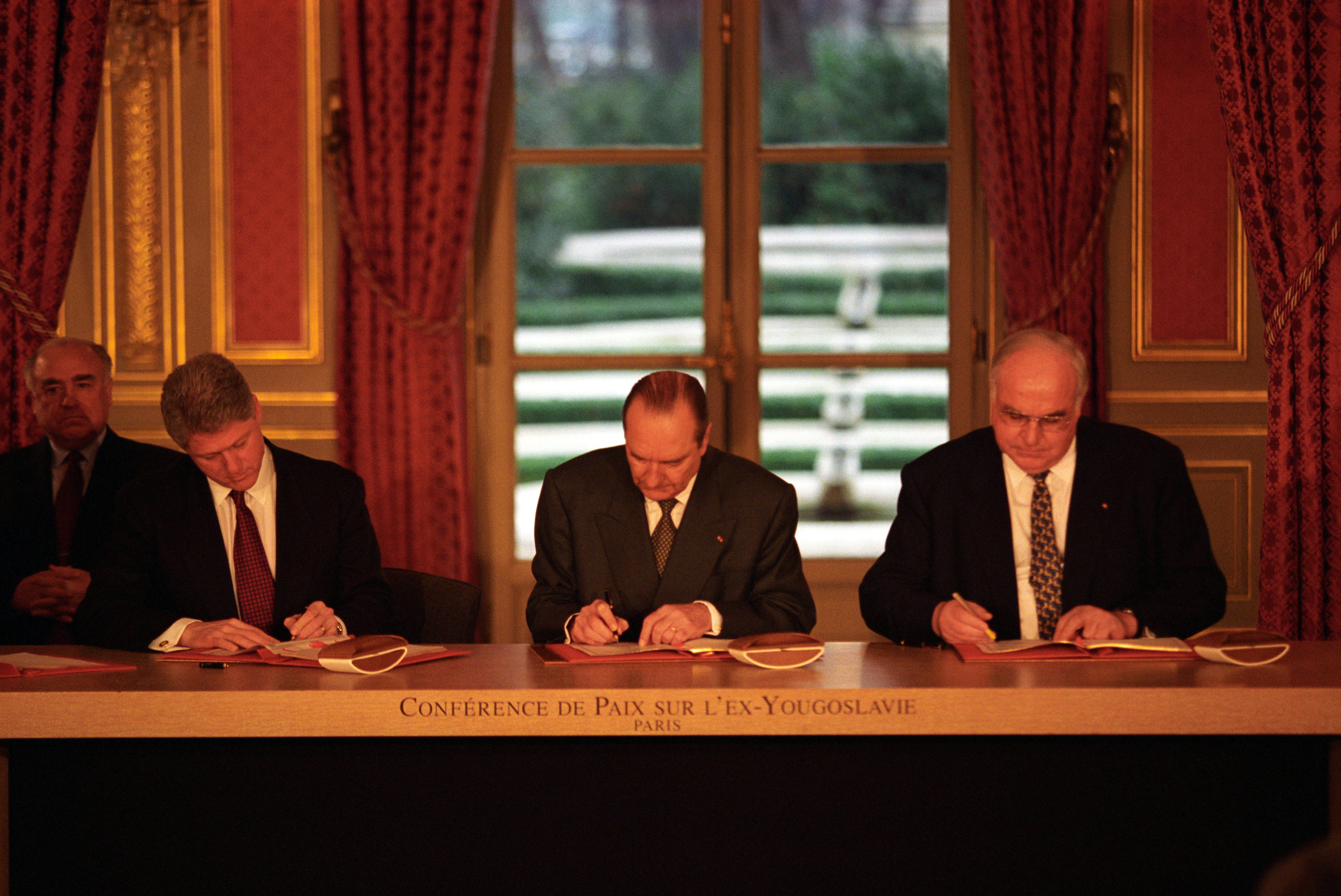 Filepresident Clinton Jacques Chirac And Helmut Kohl Sign The