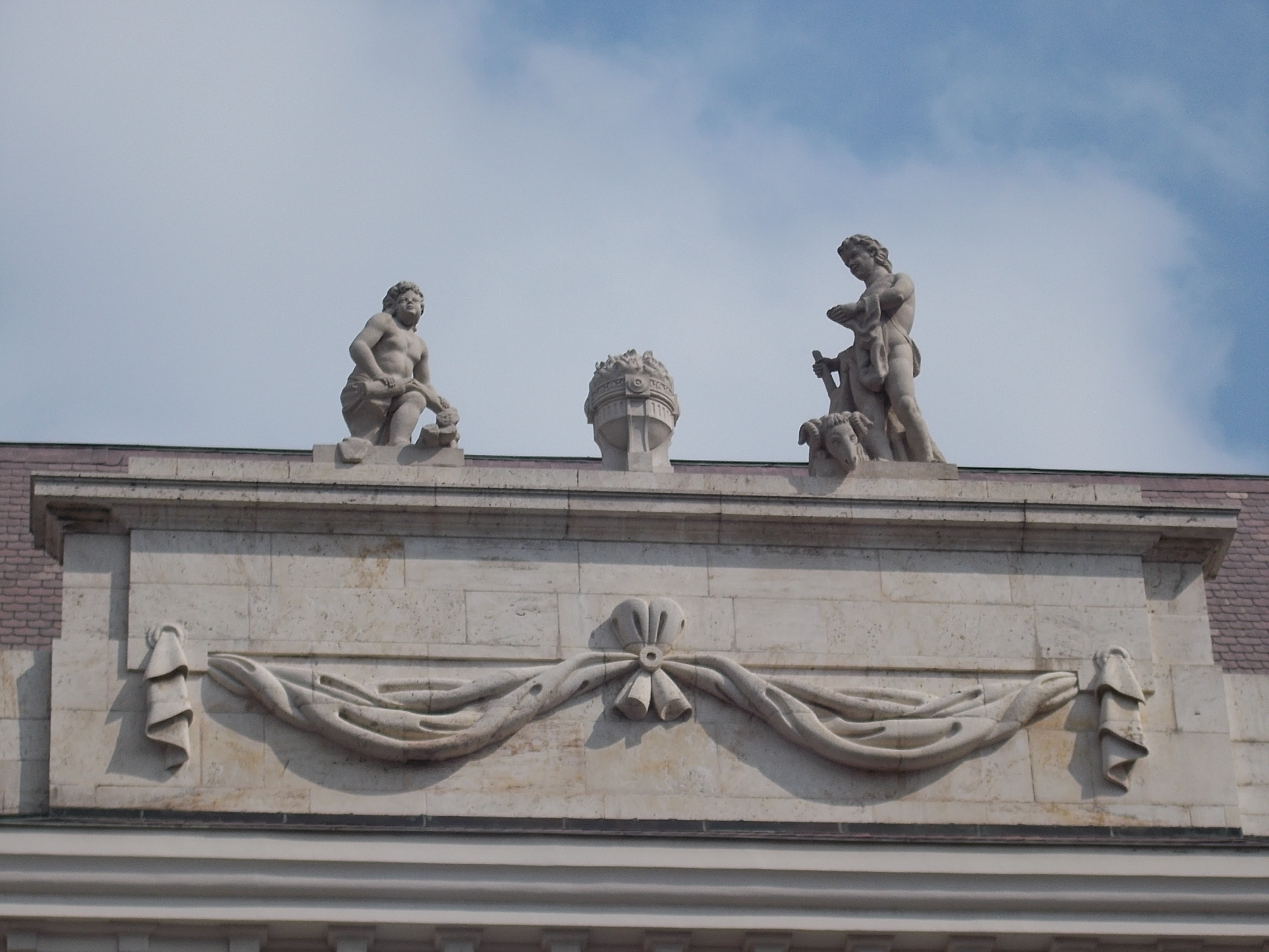 file:roof decoration of the hilton budapest hotel. sculptures