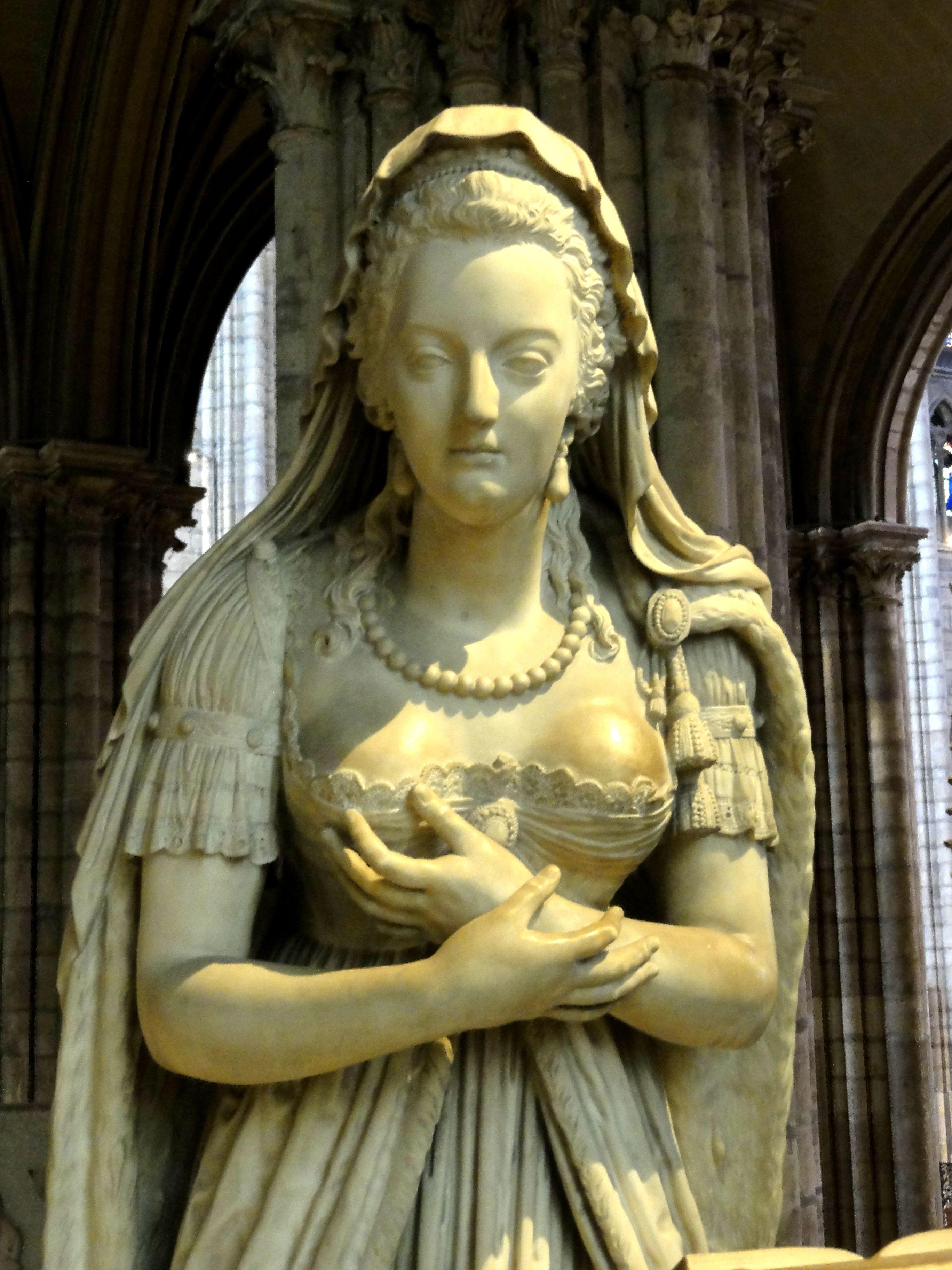Fichier:Saint-Denis (93), basilique, statue de Marie Antoinette.JPG —  Wikipédia
