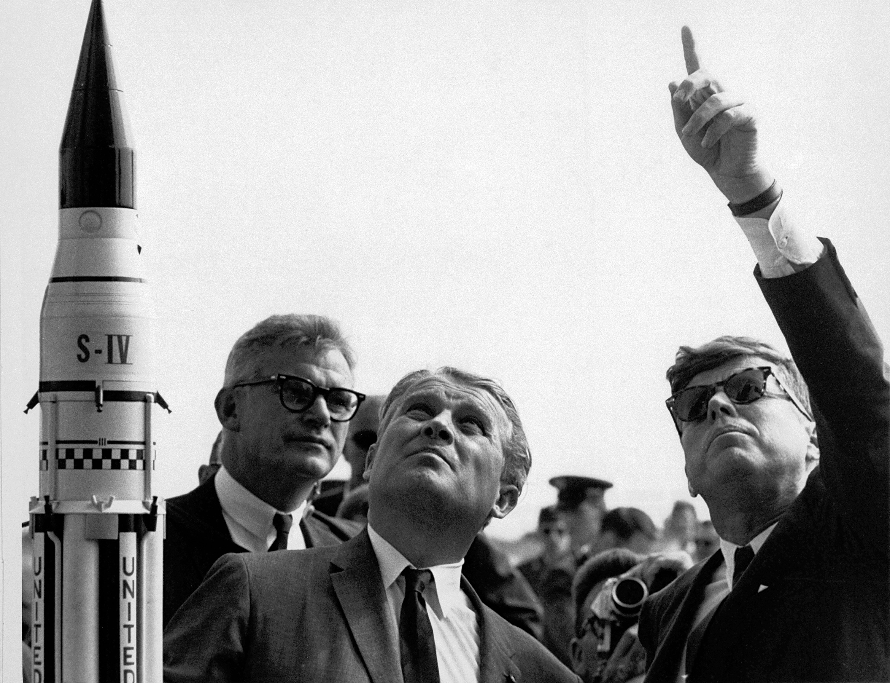 Saturn I SA-5 - 29.1.1964 Seamans%2C_von_Braun_and_President_Kennedy_at_Cape_Canaveral_-_GPN-2000-001843