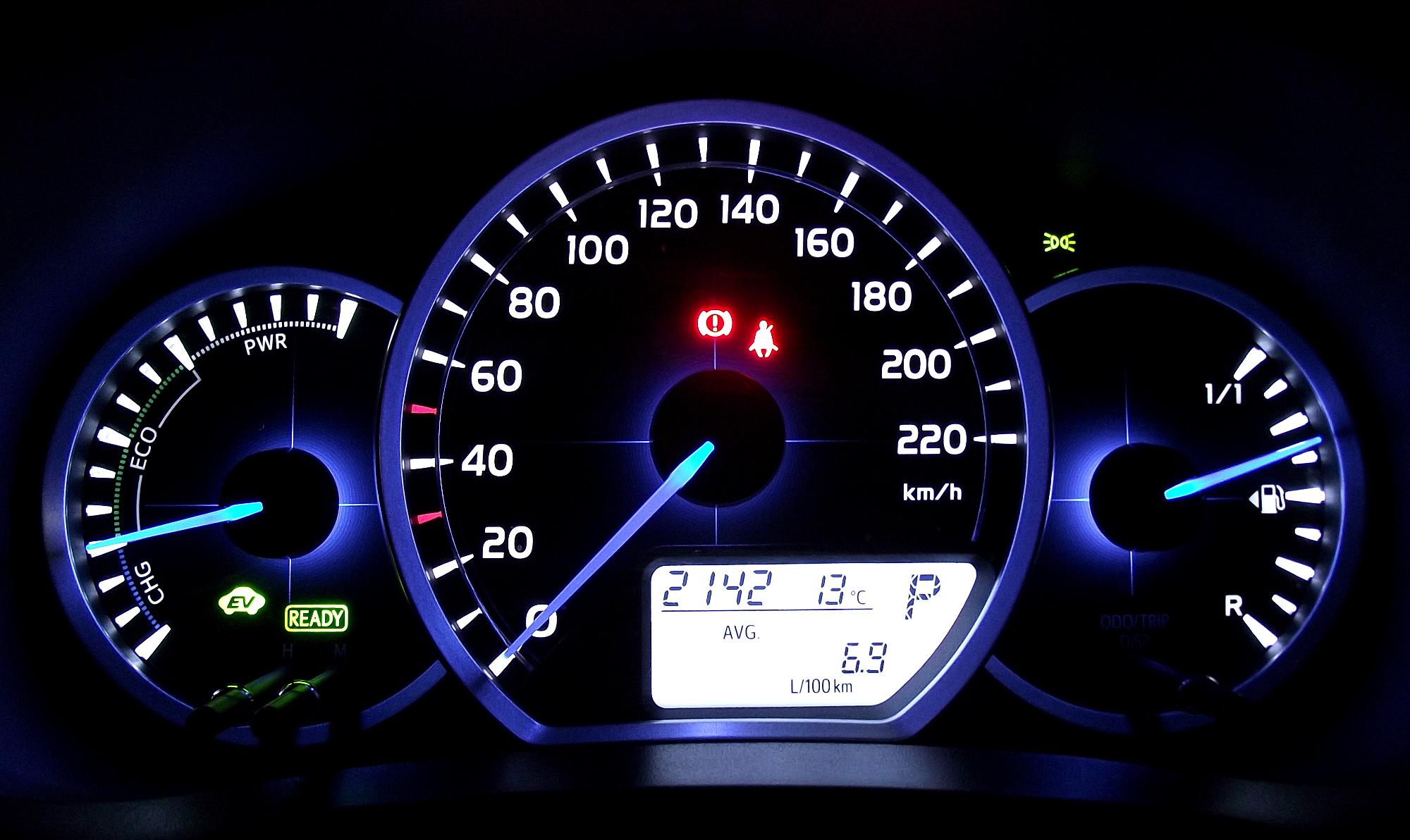 File Toyota Yaris Hybrid Kombiinstrument Beleuchtet Jpg