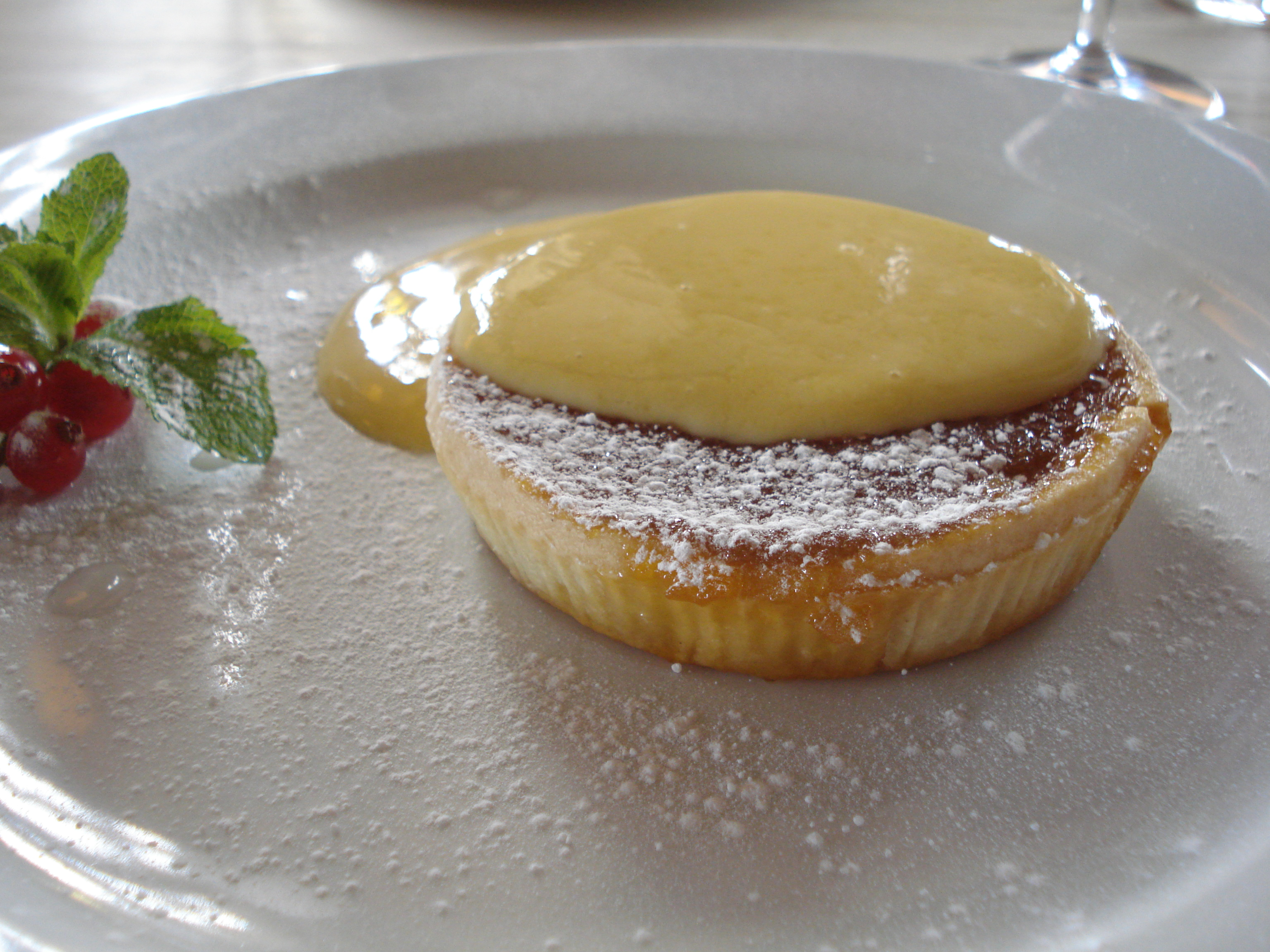 File Treacle Tart With Custard At The Blue Vinny Jpg Wikimedia Commons