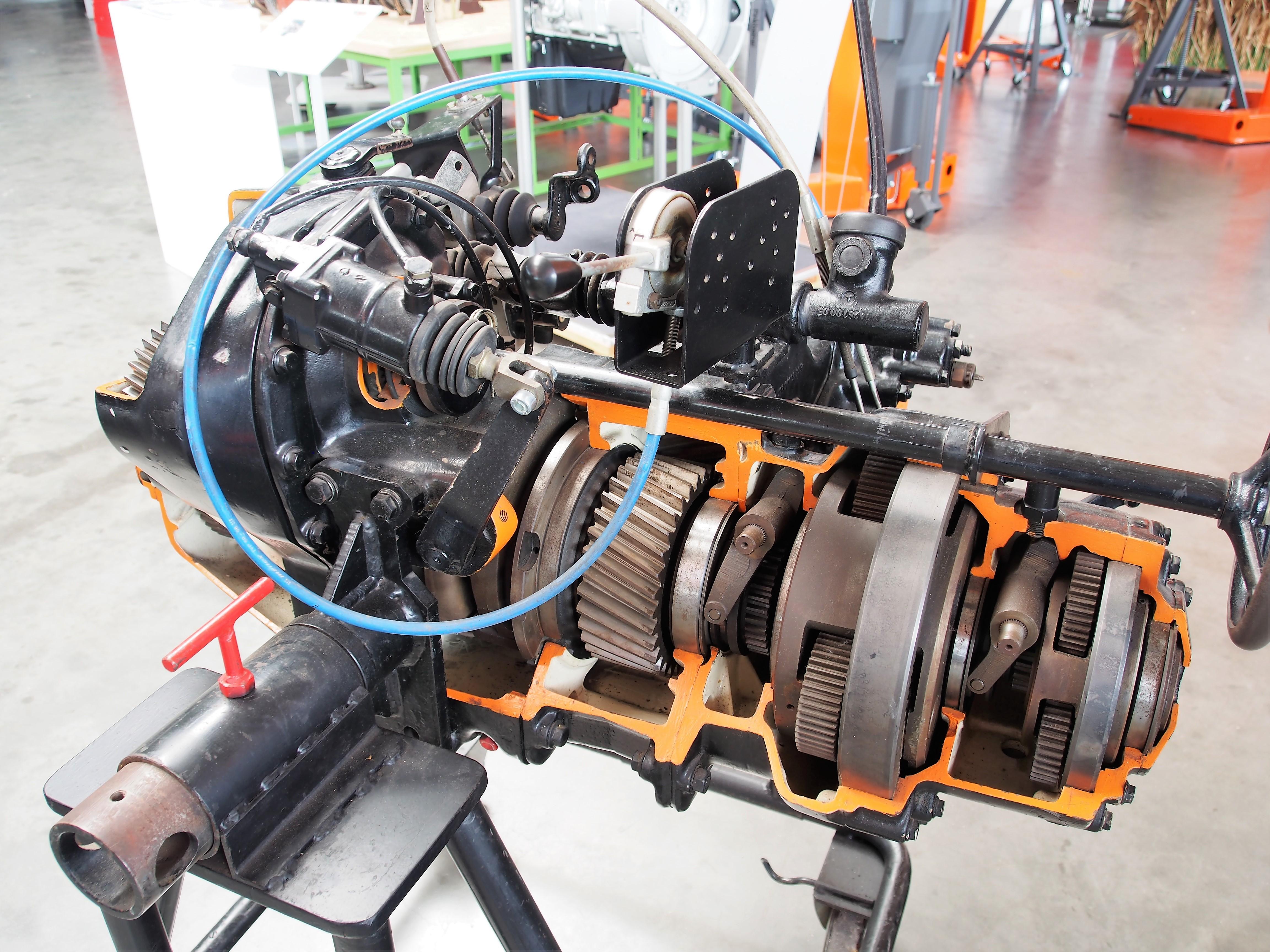 File:Unimog Getriebe, Unimoc Museum Bild 6.JPG - Wikimedia Commons