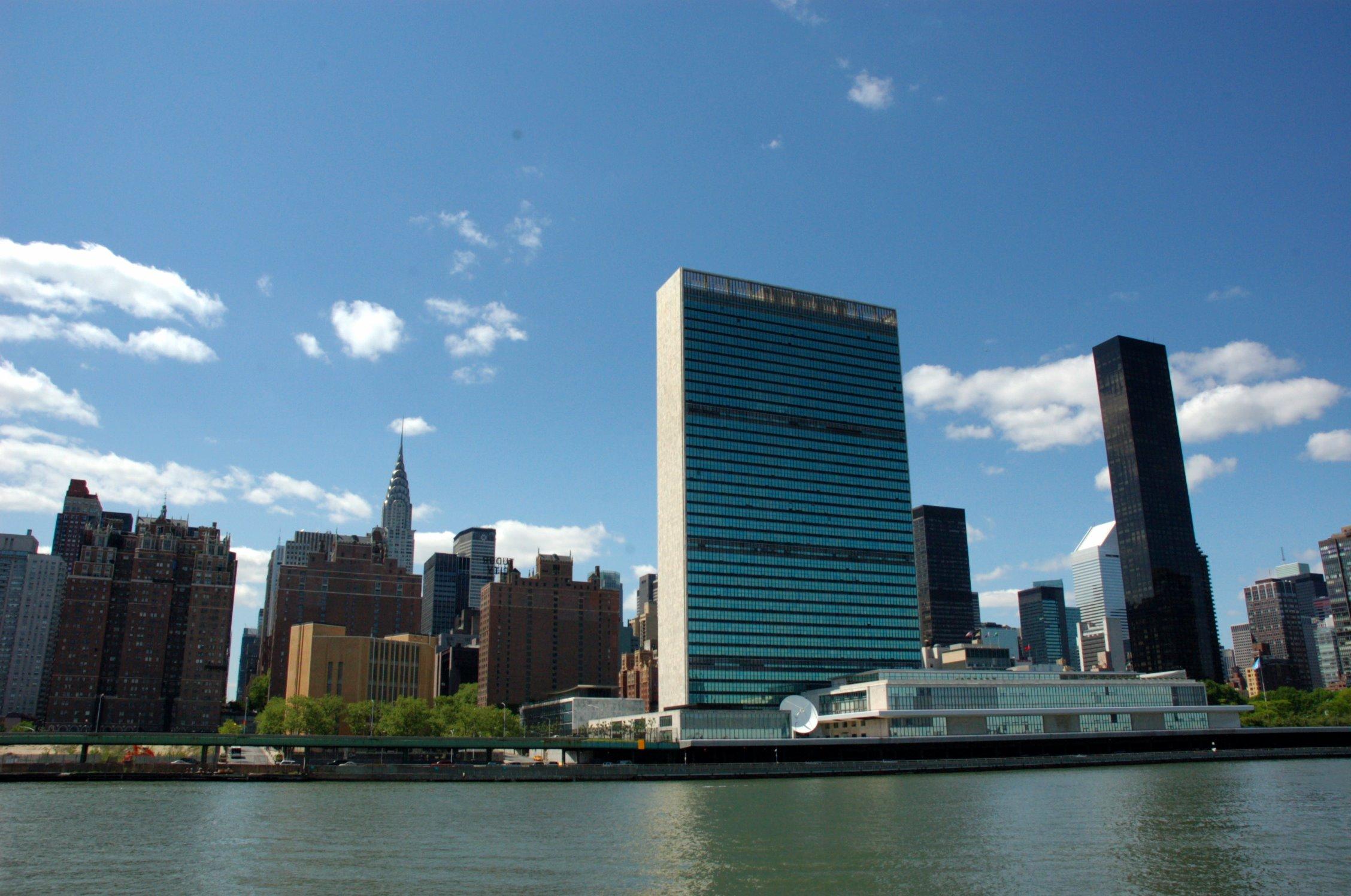 https://upload.wikimedia.org/wikipedia/commons/2/22/United_Nations_Chrysler_river.jpg
