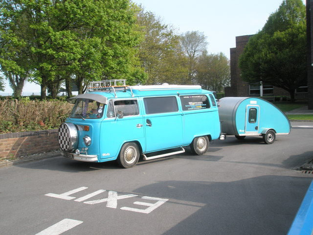 VW_Camper_van_and_trailer_at_the_2009_Ha