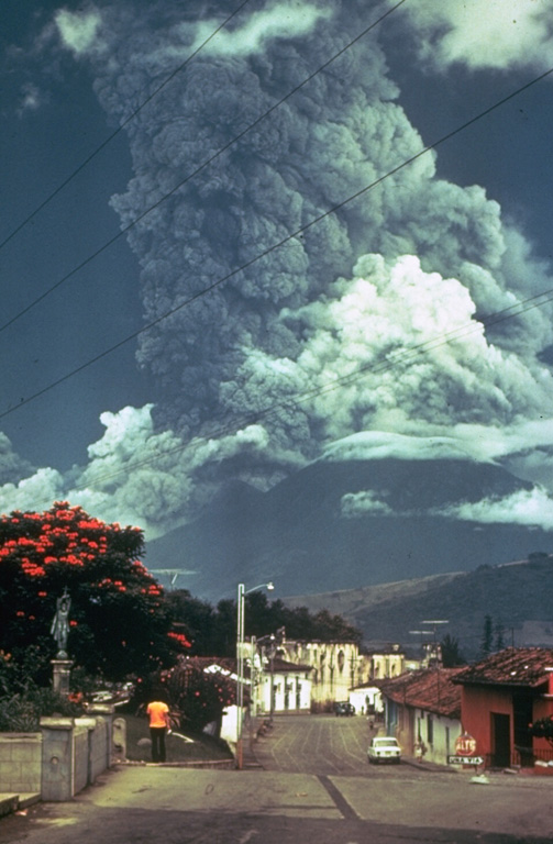 Archivo:Volcan de Fuego October 1974 eruption.jpg