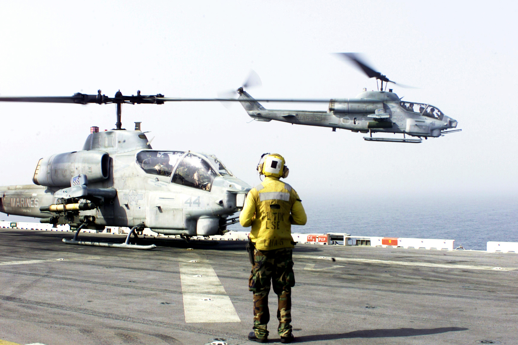marine helicopter with File 011013 M 9933d 009 Cobra Helicopter Operations on DDH 144 JDS Kurama besides 570883 additionally File US Navy 120119 N UM734 820 Aviation boatswain's mates show flight information to AV 8B pilot Marine Corps Capt  J T  Widmyer  assigned to Marine At moreover 438904 also File Marine One  South lawn and the Washington Monument.