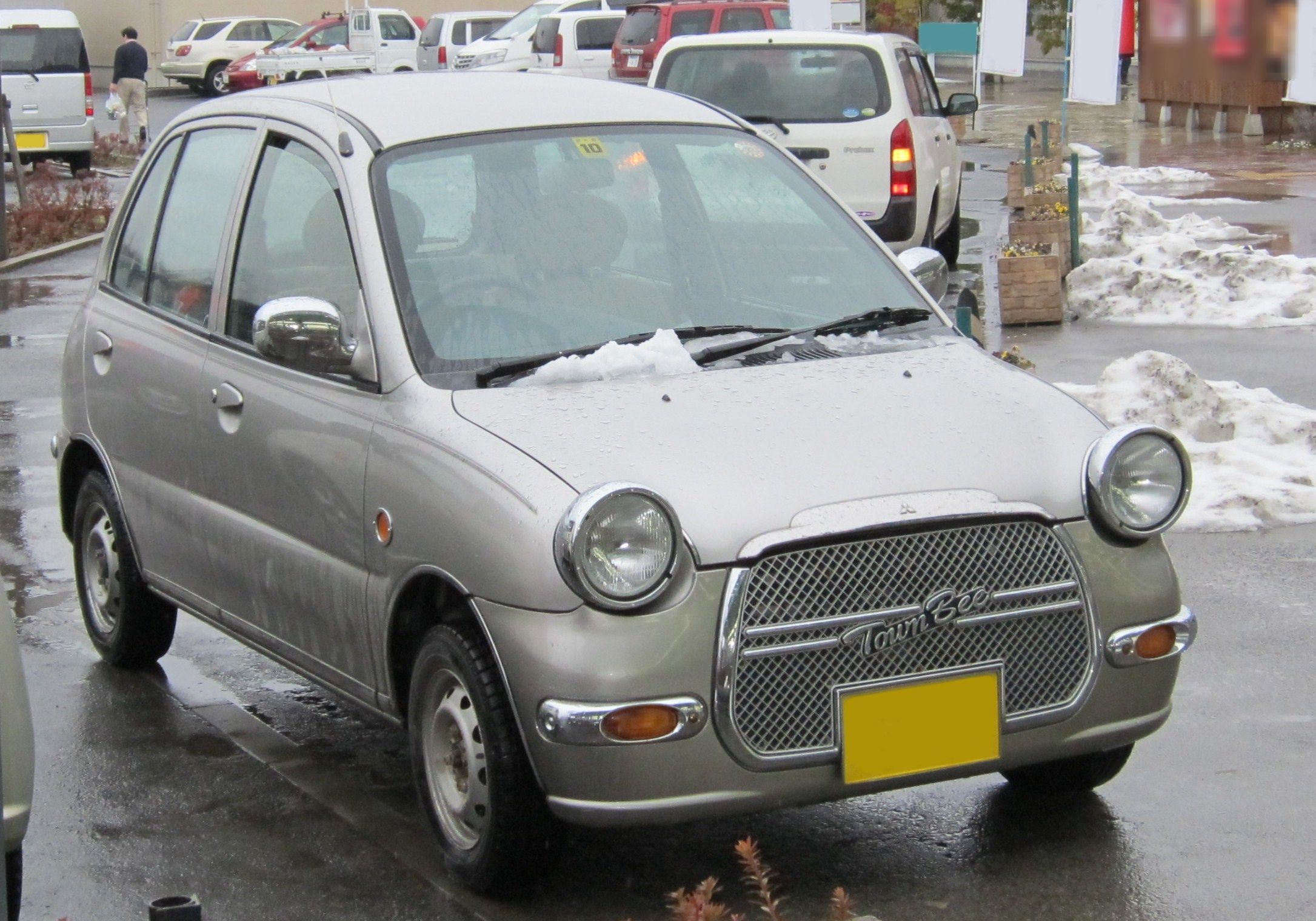 File:7th generation Mitsubishi Minica Town Bee.jpg - Wikimedia Commons