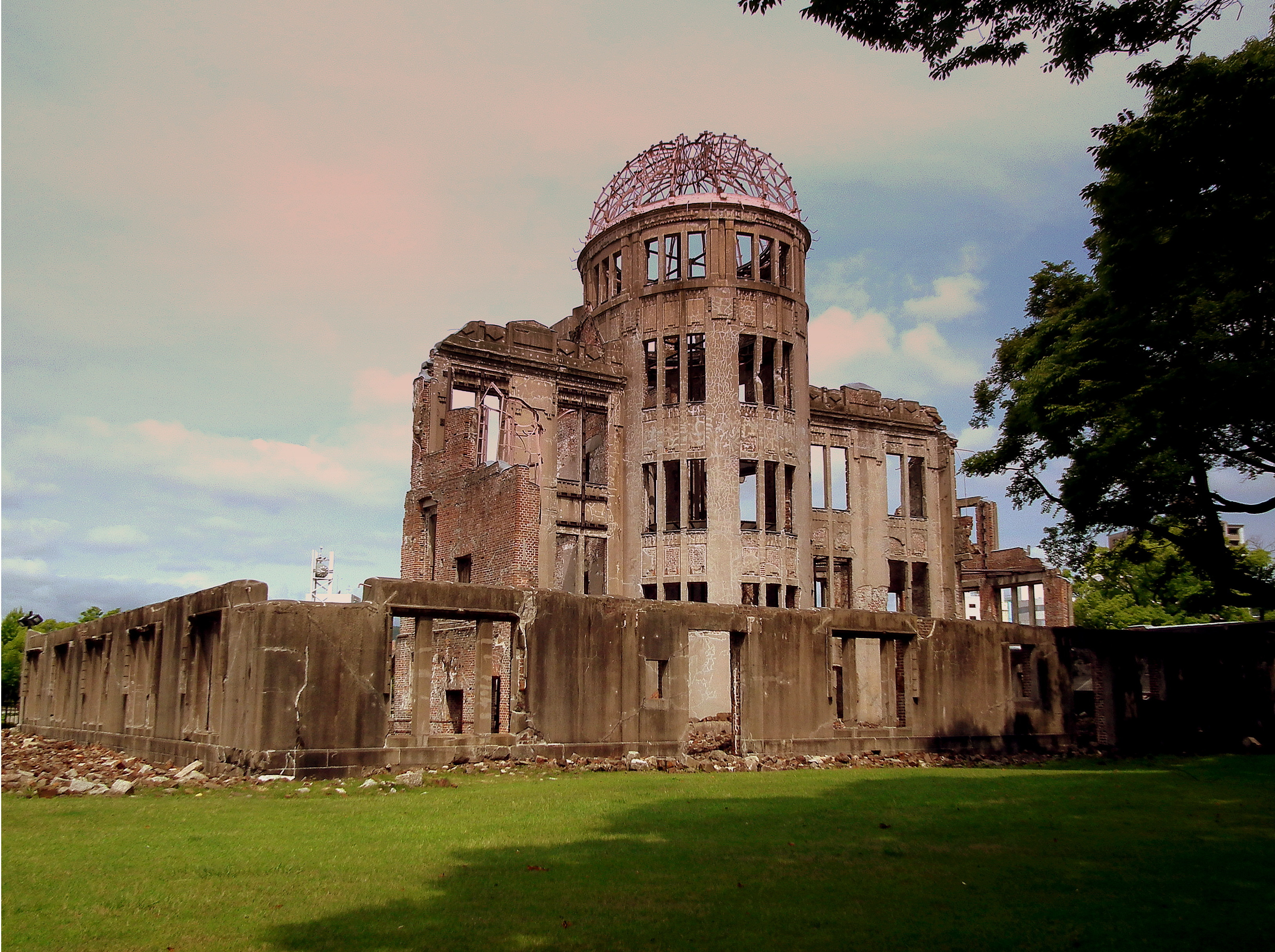 File:ATOMIC BOMB DOME HIROSHIMA JAPAN JUNE 2012 (7408699362).jpg - Wikimedia ...