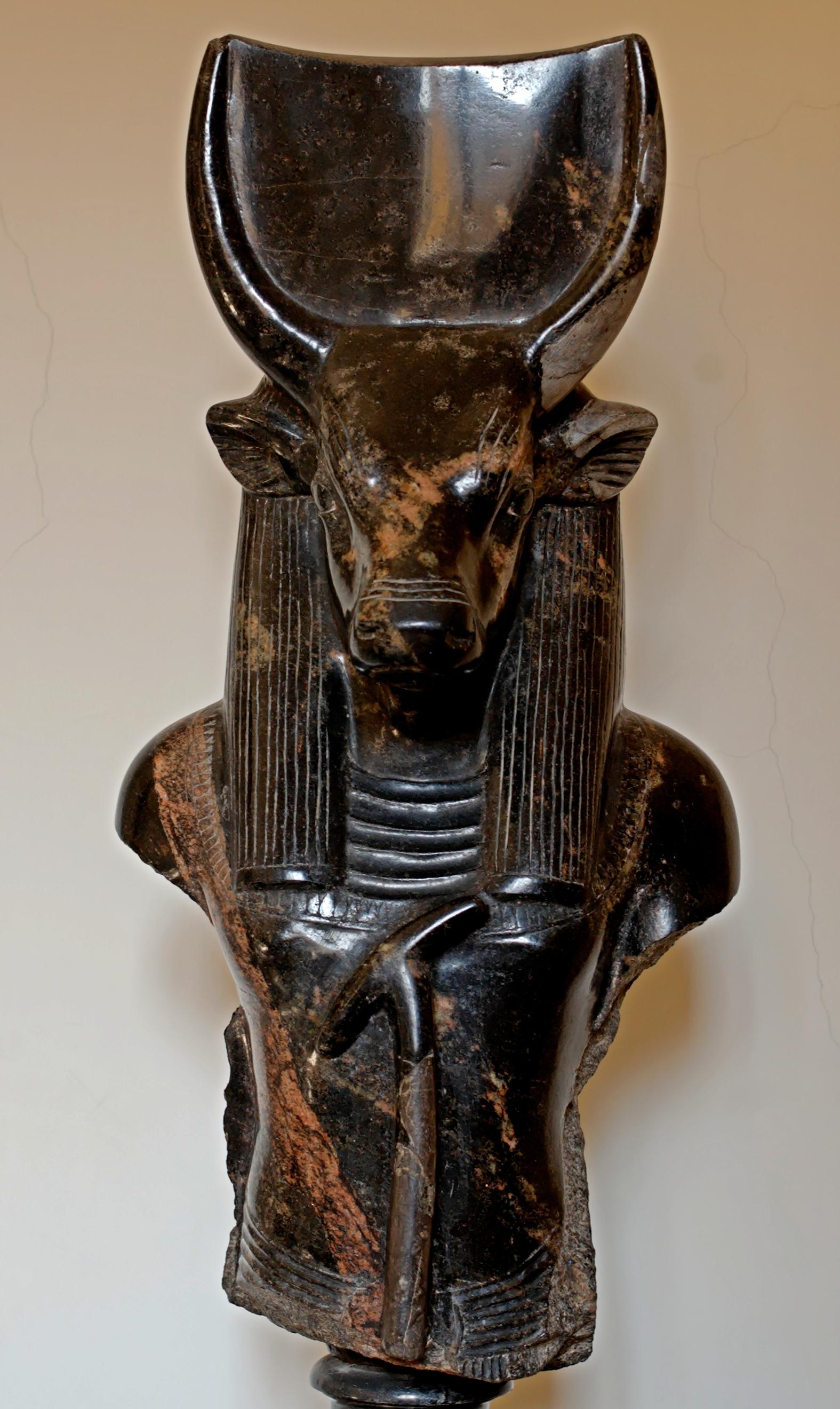 Божество-бык Хеп (Апис) в антропоморфном виде. Мемфис, эллинистический период (III-II вв. до н. э.)