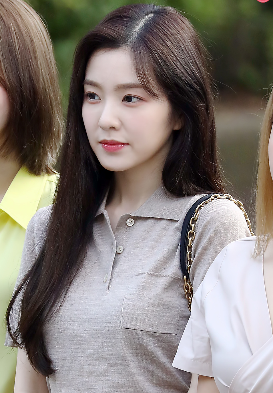 https://upload.wikimedia.org/wikipedia/commons/2/23/Bae_Irene_going_to_a_Music_Bank_recording_on_August_30%2C_2019_%282%29.jpg