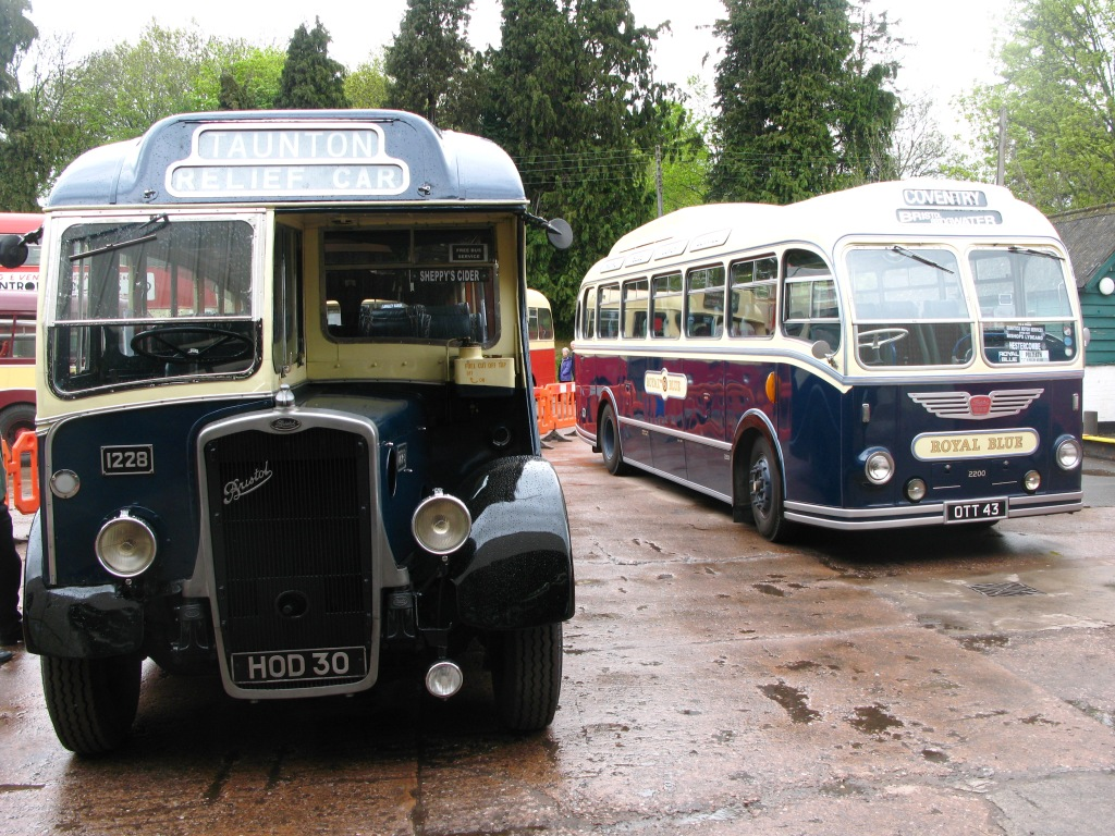 File:Bishops Lydeard Royal Blue 1228 and 2200.jpg