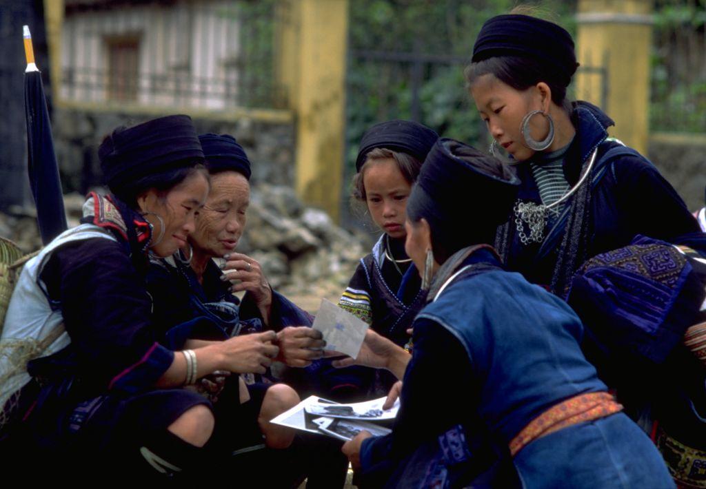 Black hmong women sapa vietnam 1999.jpg