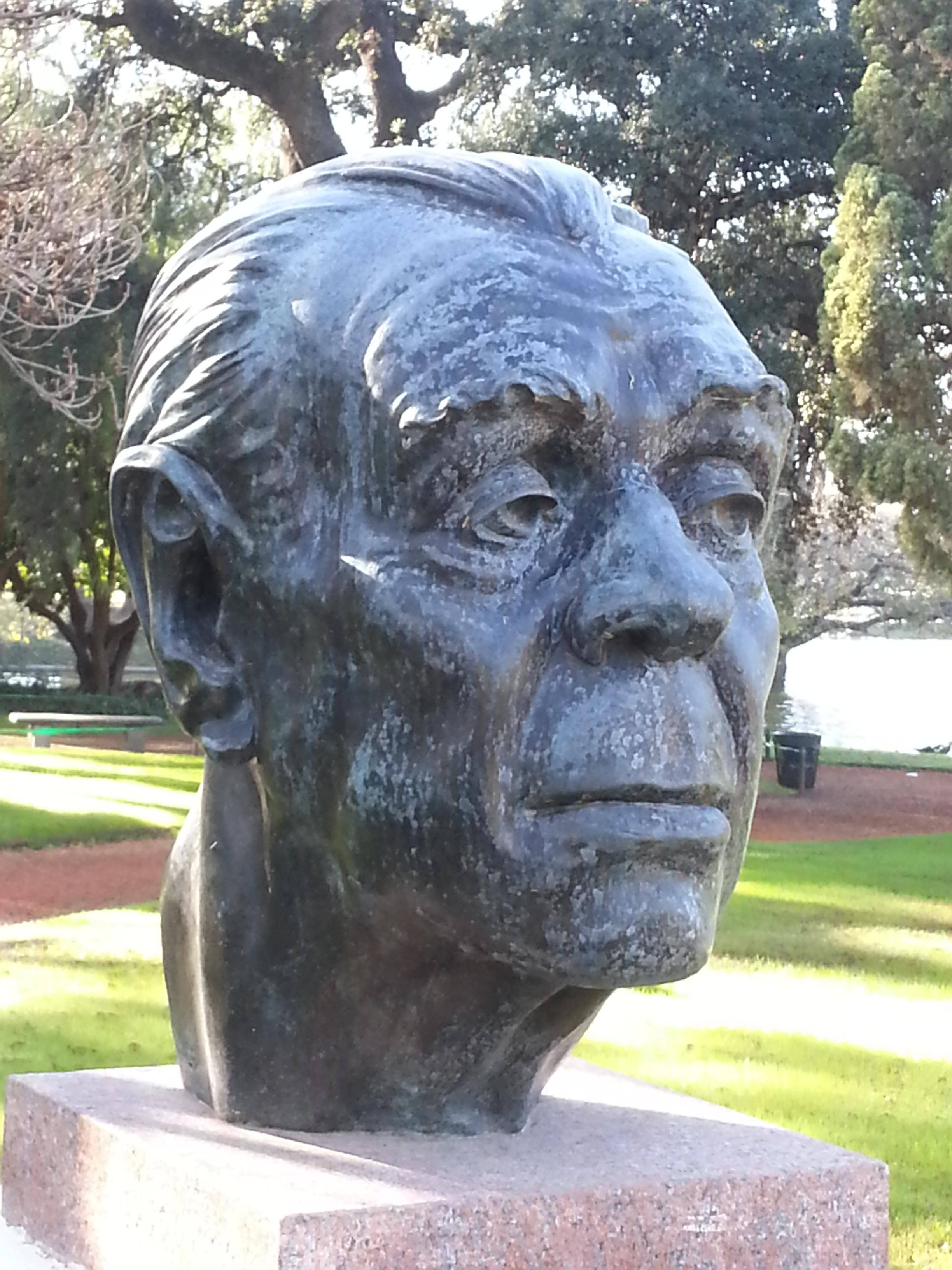 Busto de Jorge Luis Borges en el Paseo de los Poetas, El Rosedal, Buenos Aires.