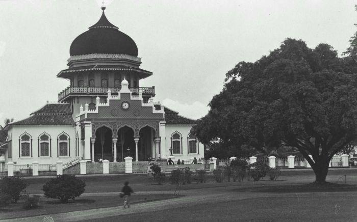 Berkas:COLLECTIE TROPENMUSEUM De Baiturrahman moskee in Koetaradja TMnr 60023556.jpg