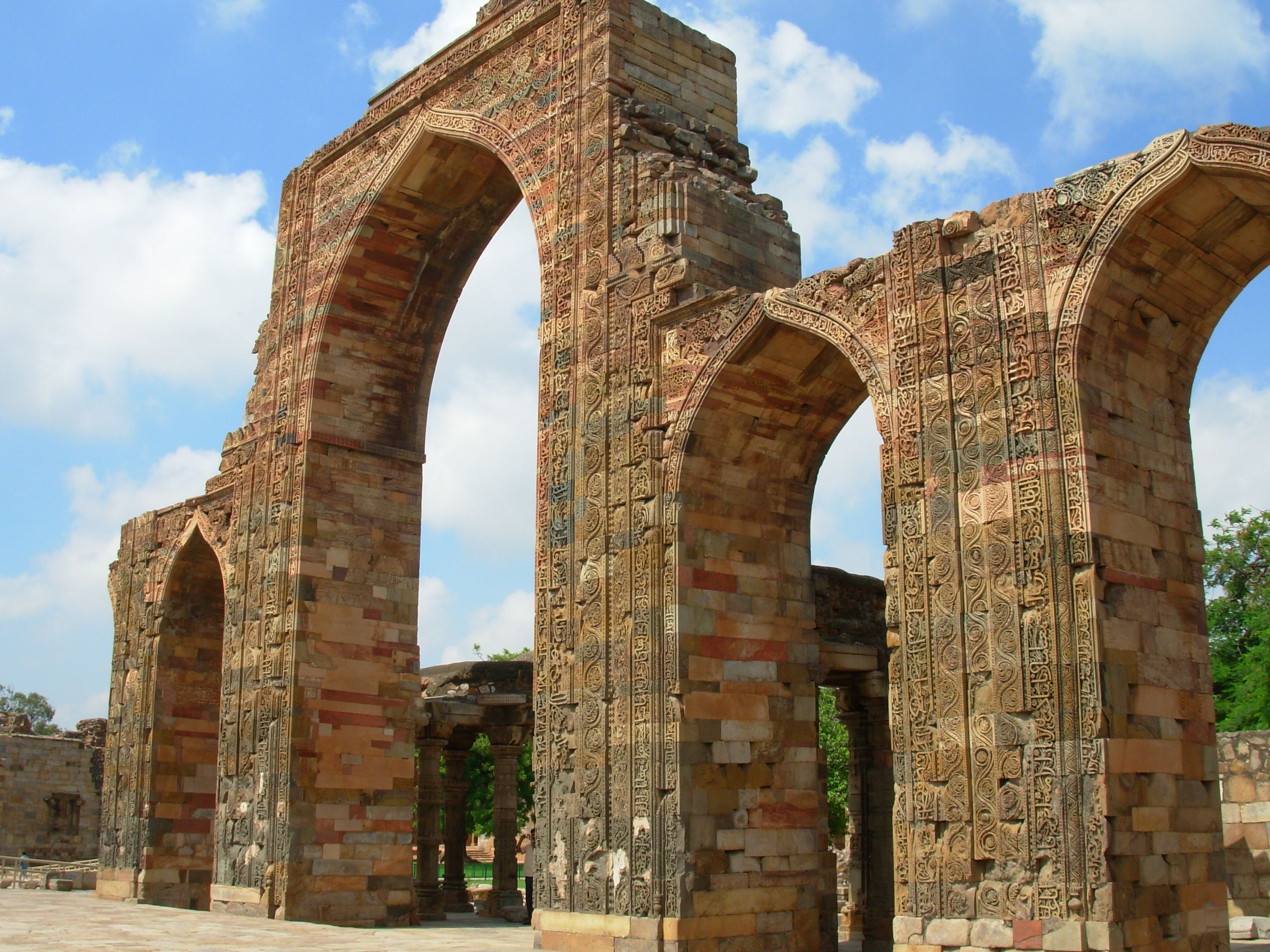 File:Corbelled arched ... Quwwat Ul Islam Mosque
