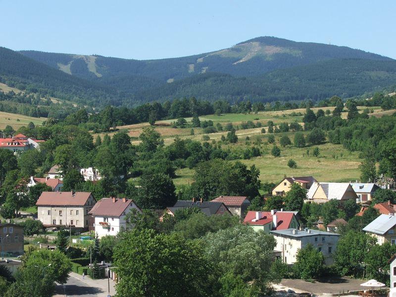 File:Czarna Gora i Zmijowiec nad Stroniem Slaskim PL.jpg