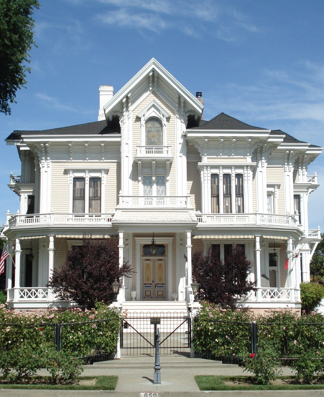 File gable mansion jpg wikimedia commons for Victorian home construction