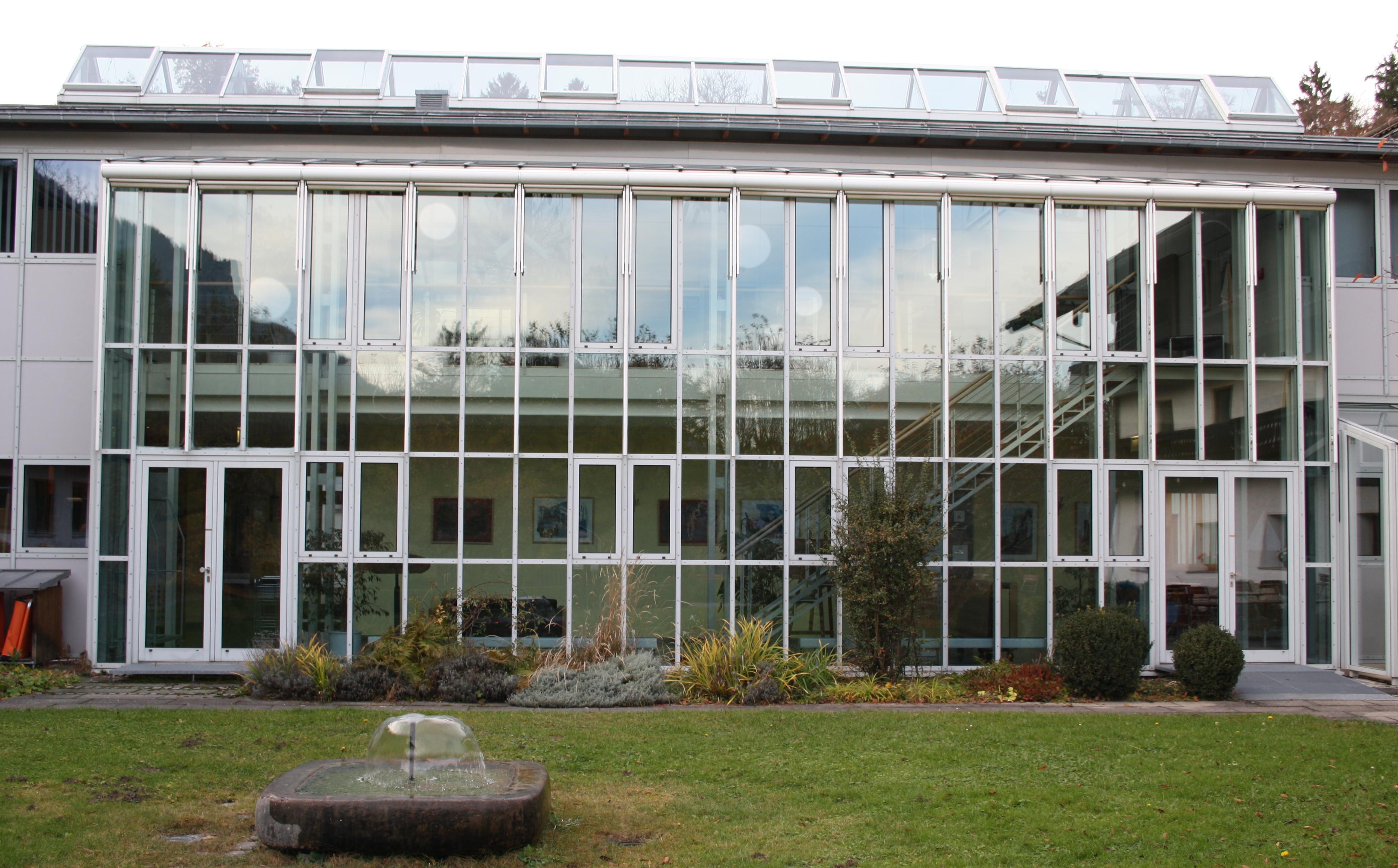 file glasfassade haus brannenburg jpg wikimedia commons