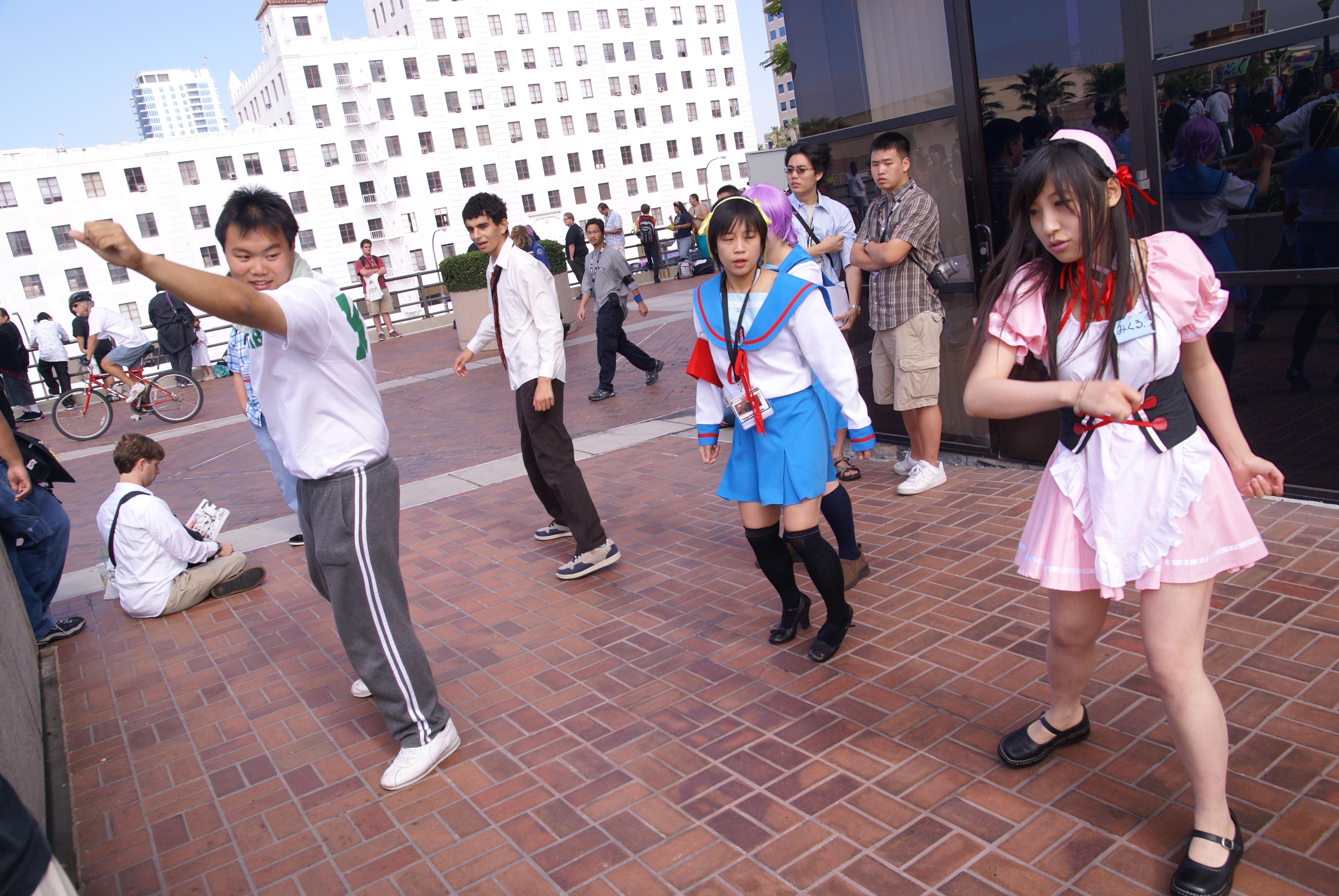 Fileharuhi Suzumiya Cosplayers Dancing At Anime Expo 20070630jpg