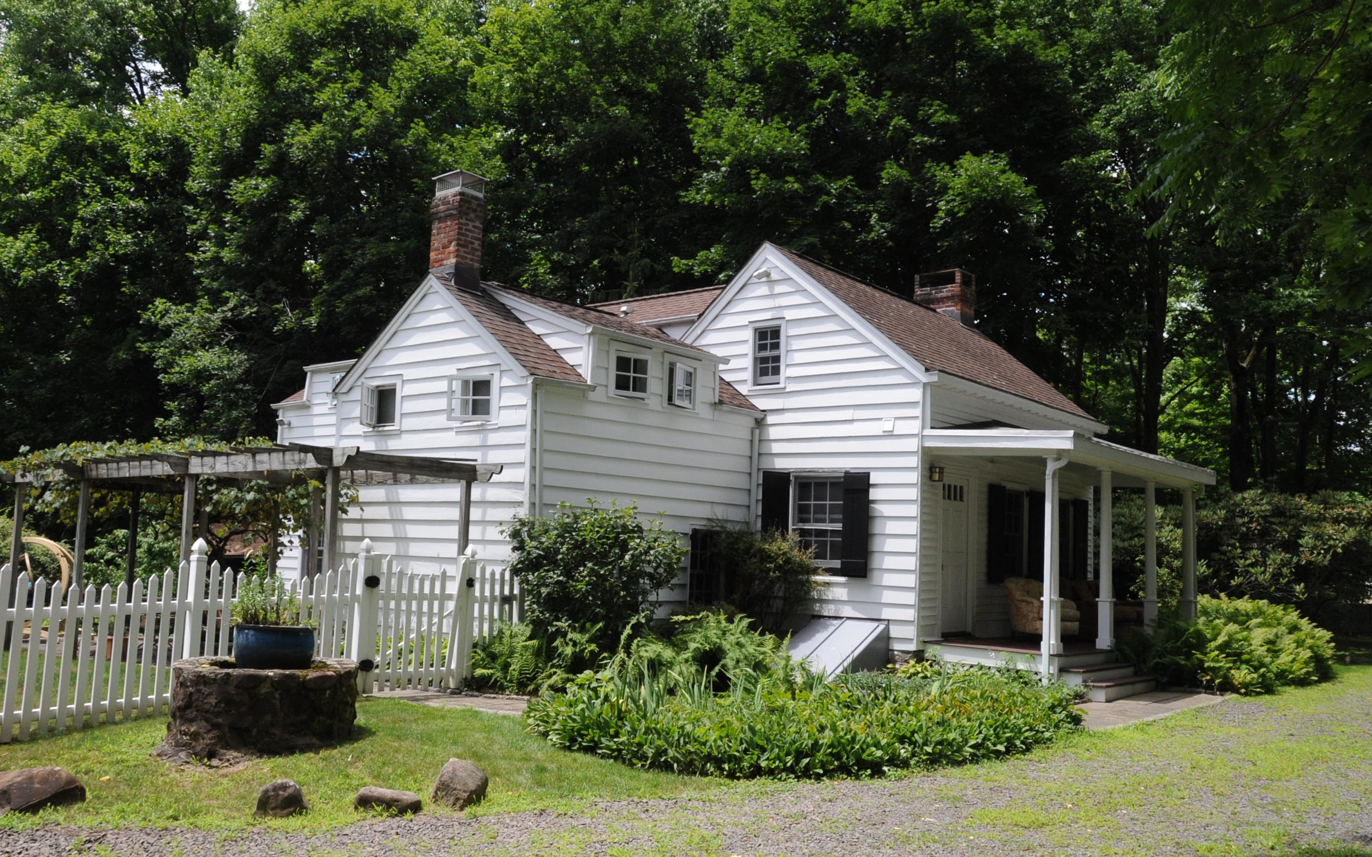 https://upload.wikimedia.org/wikipedia/commons/2/23/LITTLE_HOUSE%2C_PALISADES%2C_ROCKLAND_COUNTY_NY.jpg