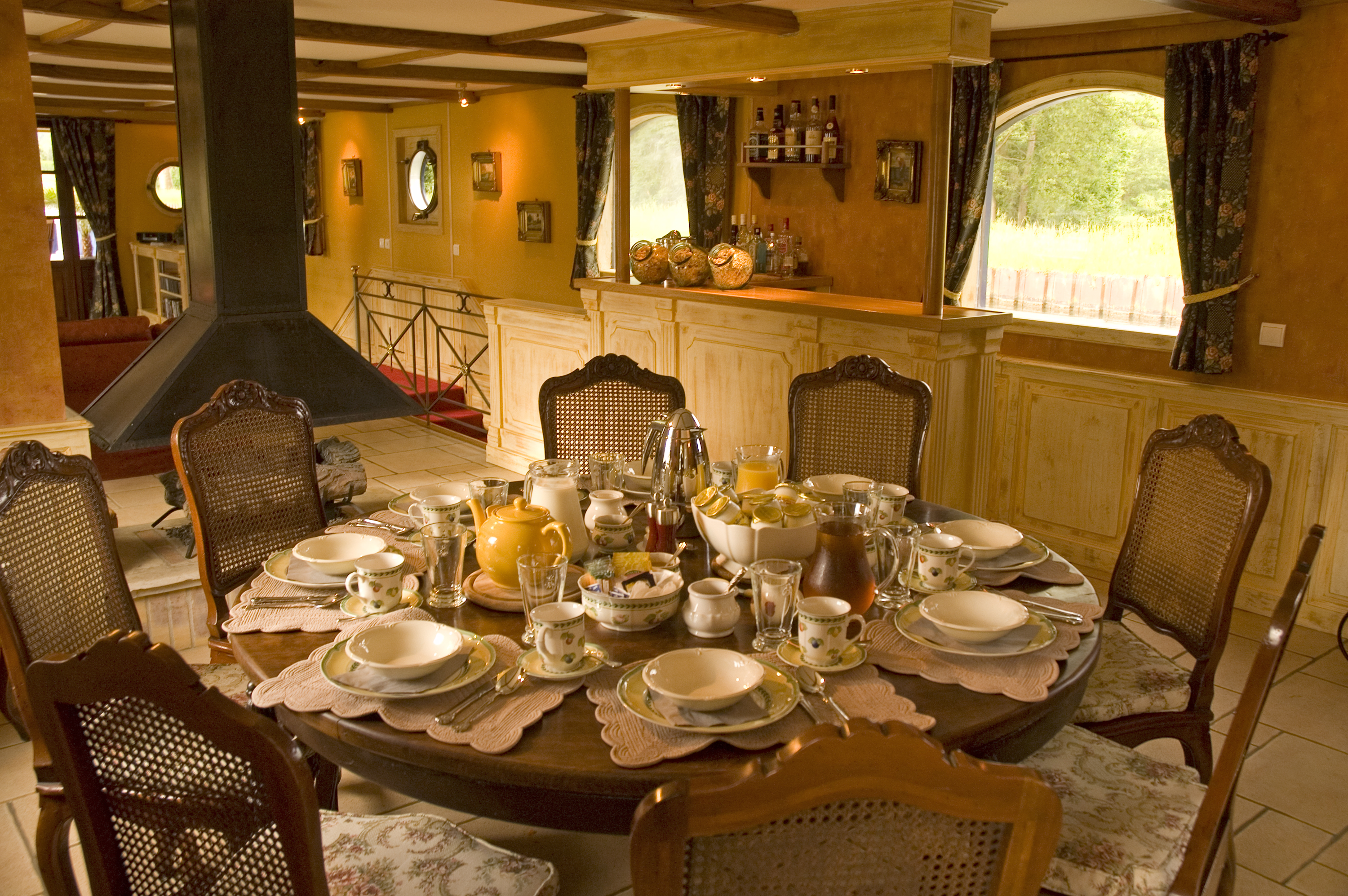 File la renaissance hotel barge dining for Dining room suites images