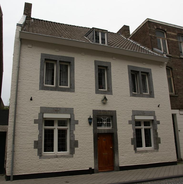 Huis met lijstgevel boven de ingang 17 int blauw huys 67 in maastricht monument - Huis ingang ...