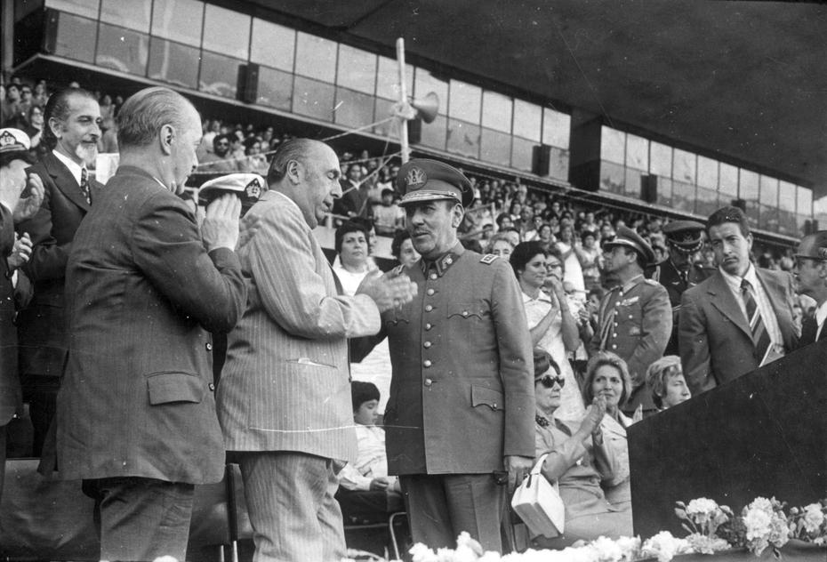Neruda en 1972 en el Estadio Nacional, junto al General Carlos Prats y otras autoridades. Atrás a la izquierda, el ministro de defensa José Tohá.
