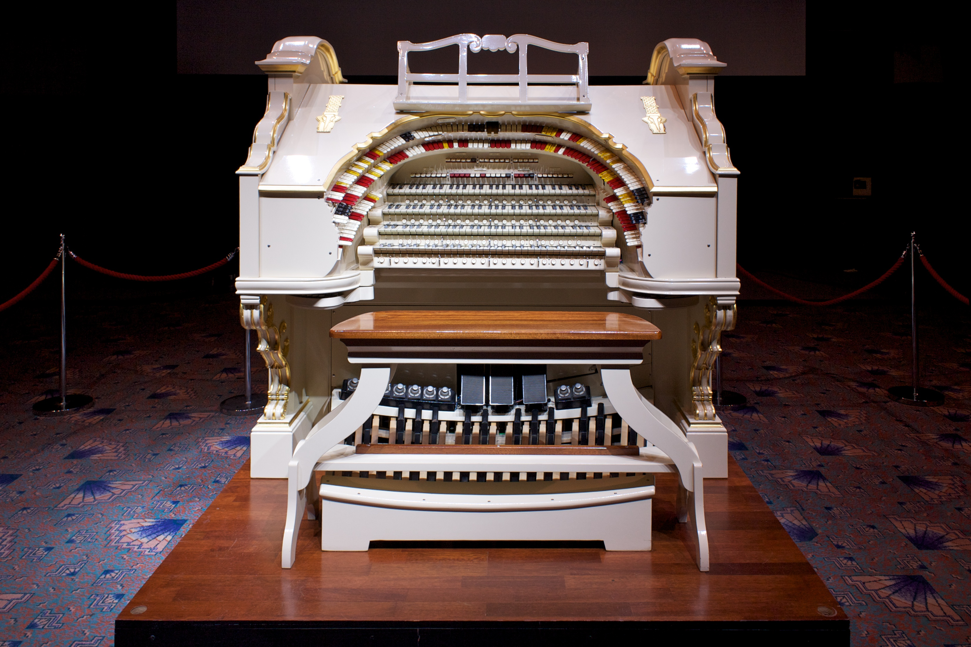 File:Mighty Wurlitzer Opus 2184 console, Troxy.jpg
