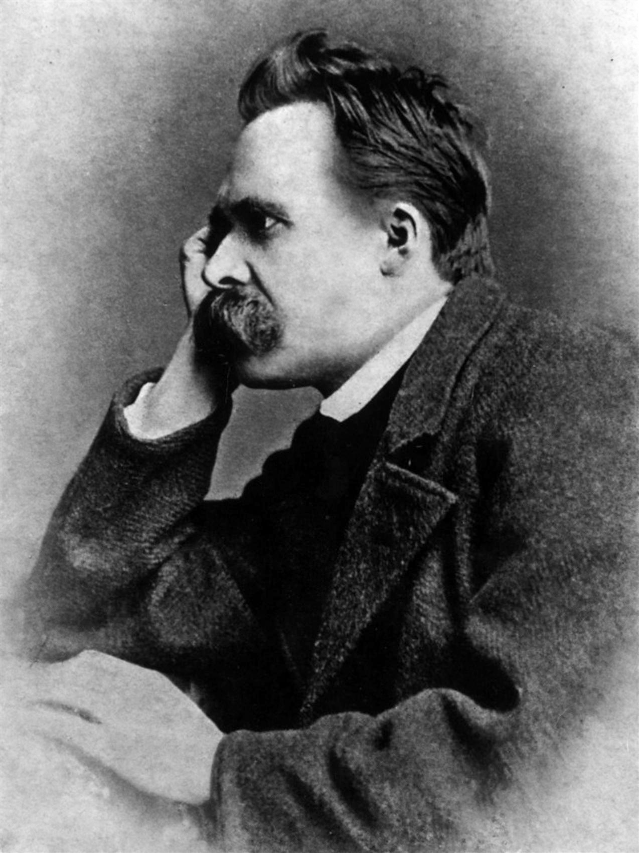 Nietzsche, de perfil, con la cabeza apoyada en la mano derecha