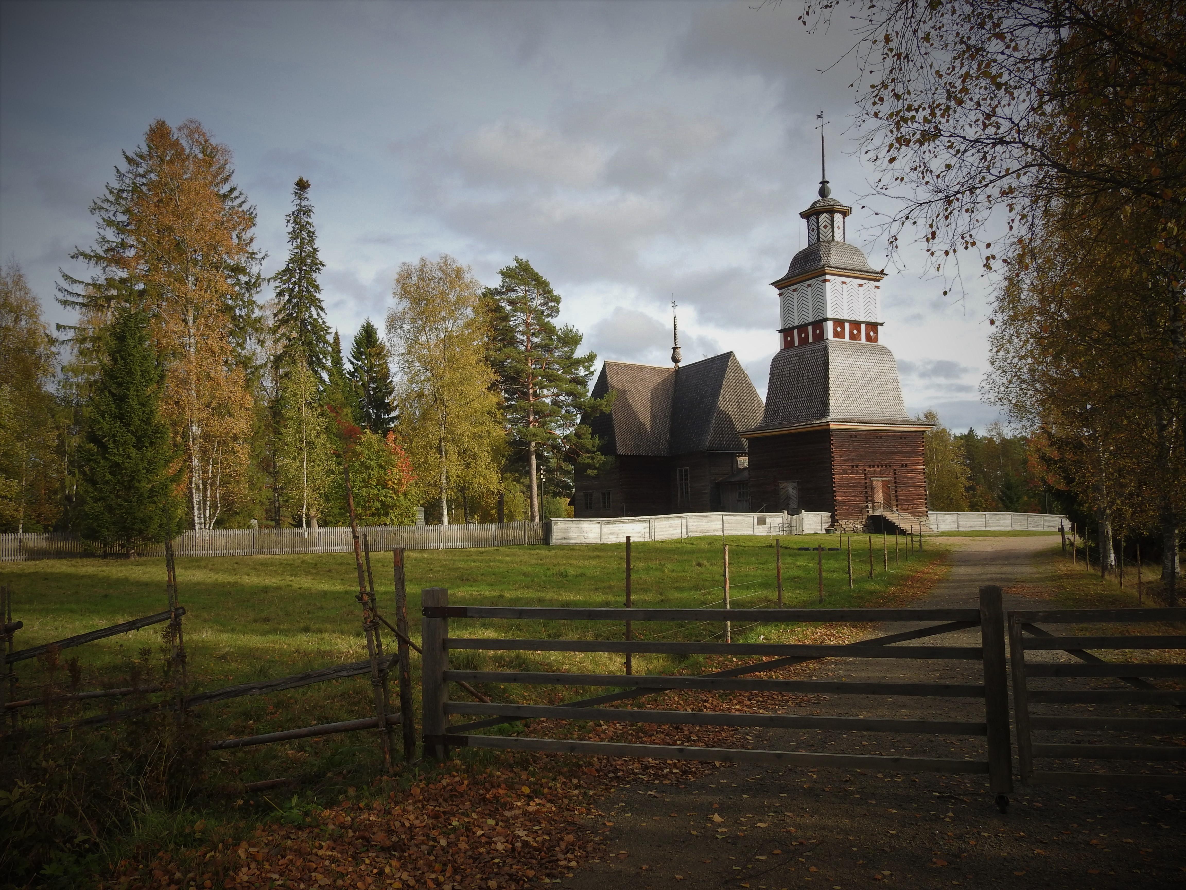 Petäjäveden vanha kirkko syystunnelmissa.jpg