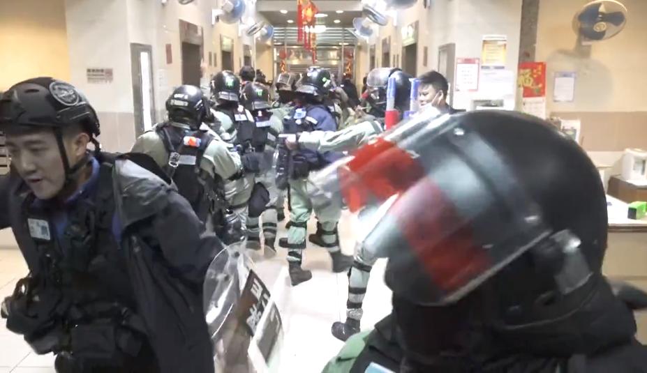 Riot_police_run_to_Yung_Shing_Court_Block_C_20200126.png