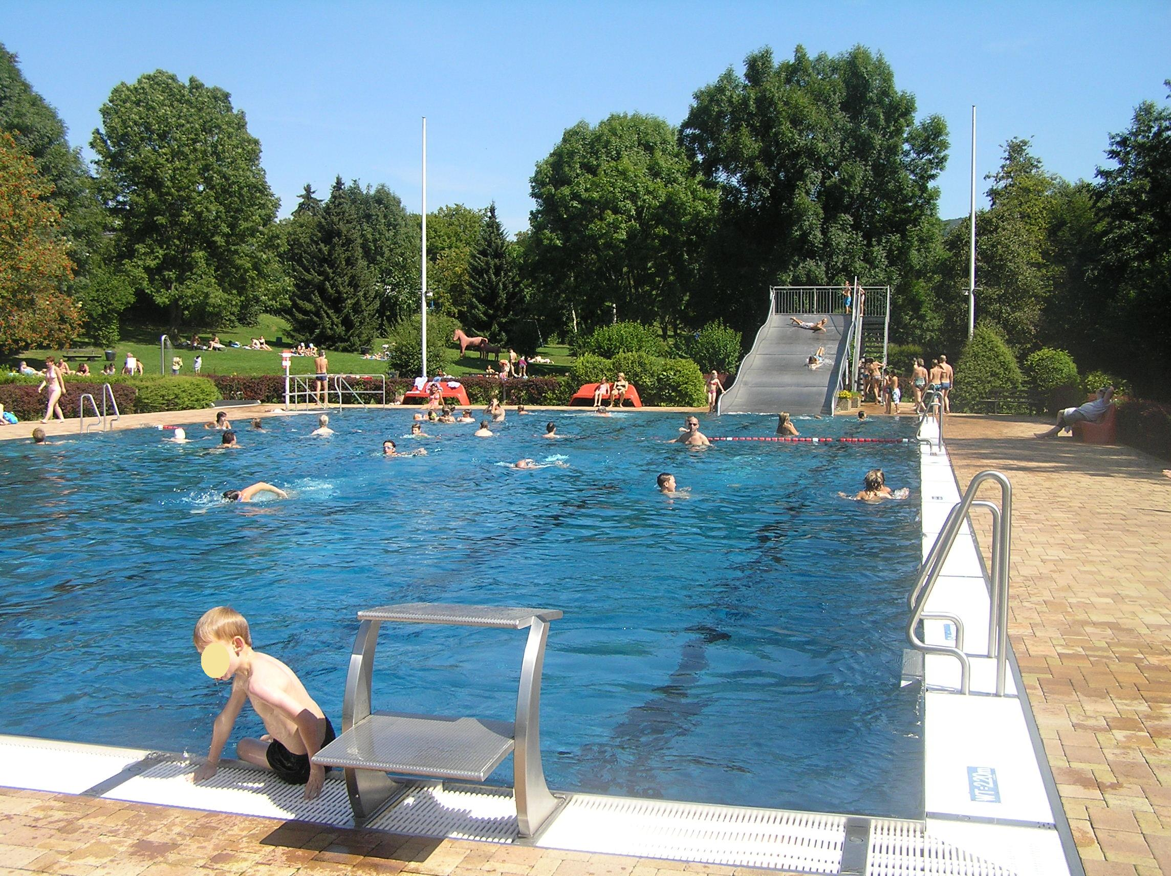 Datei schlossborn schwimmbad wikipedia for Schwimmbad becken