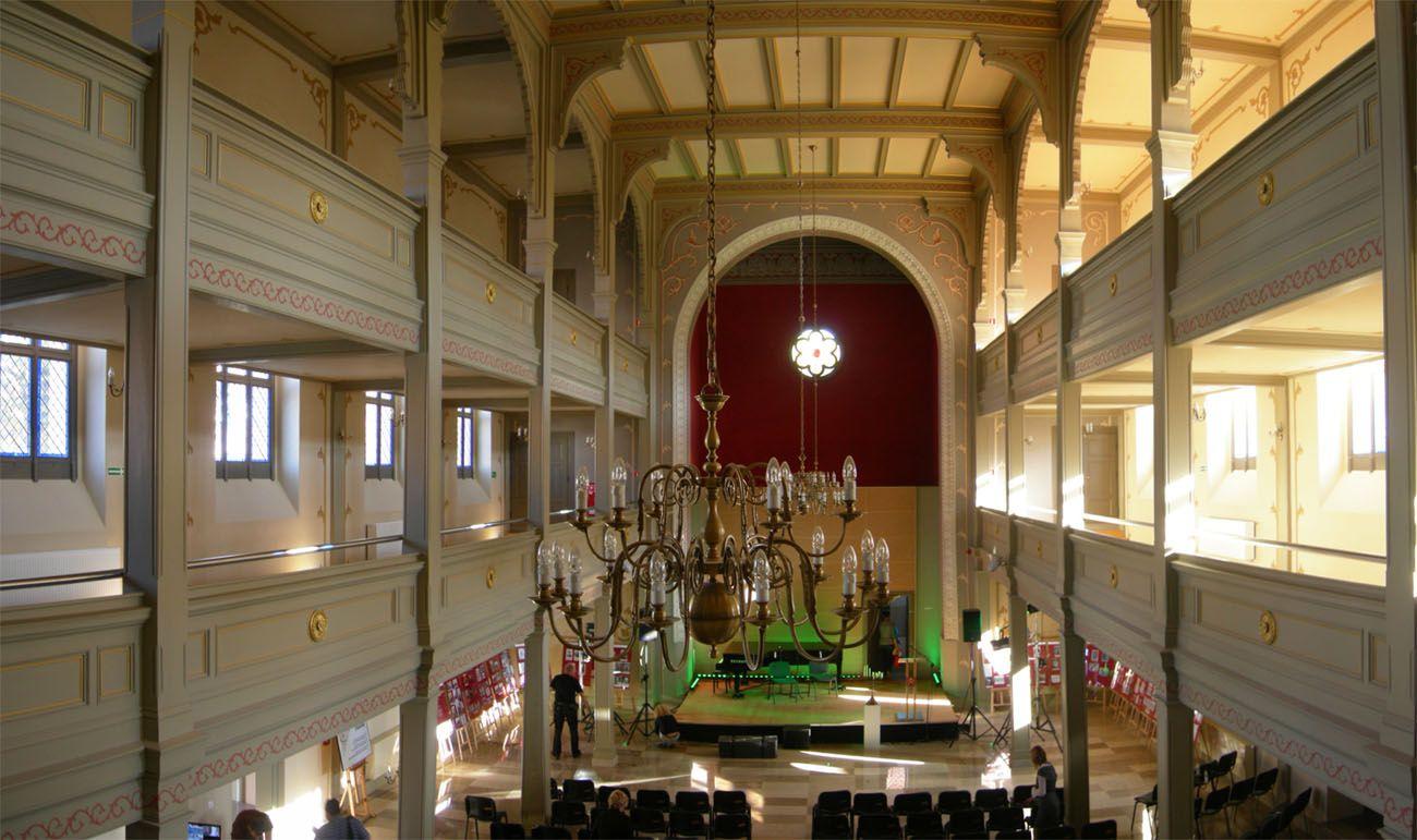 https://upload.wikimedia.org/wikipedia/commons/2/23/Synagogue_de_Ostr%C3%B3w_Wielkopolski_en_Pologne.jpg