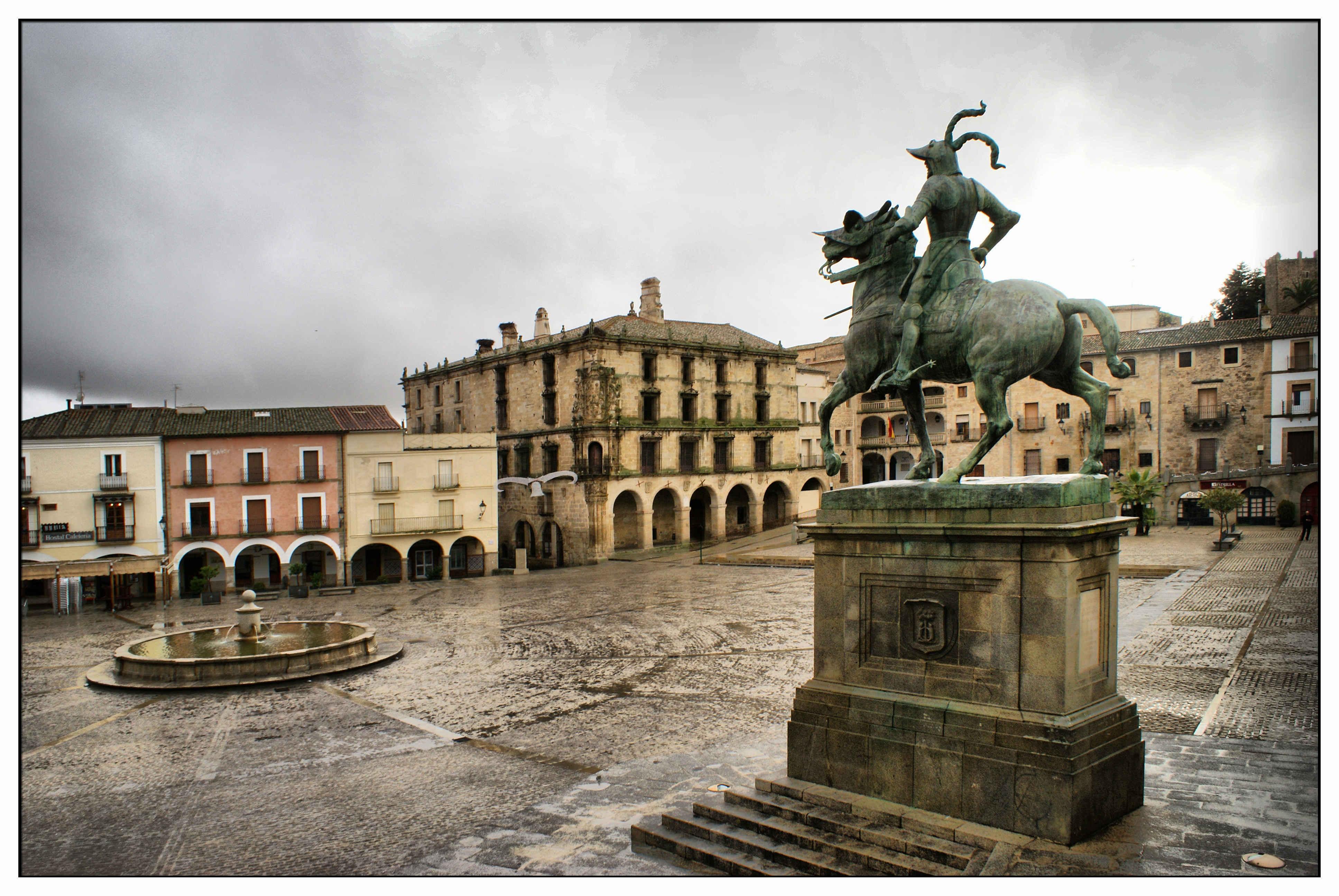 Trujillo Spain  city photos : Description Trujillo. Plaza Mayor con la estatua ecuestre de Francisco ...