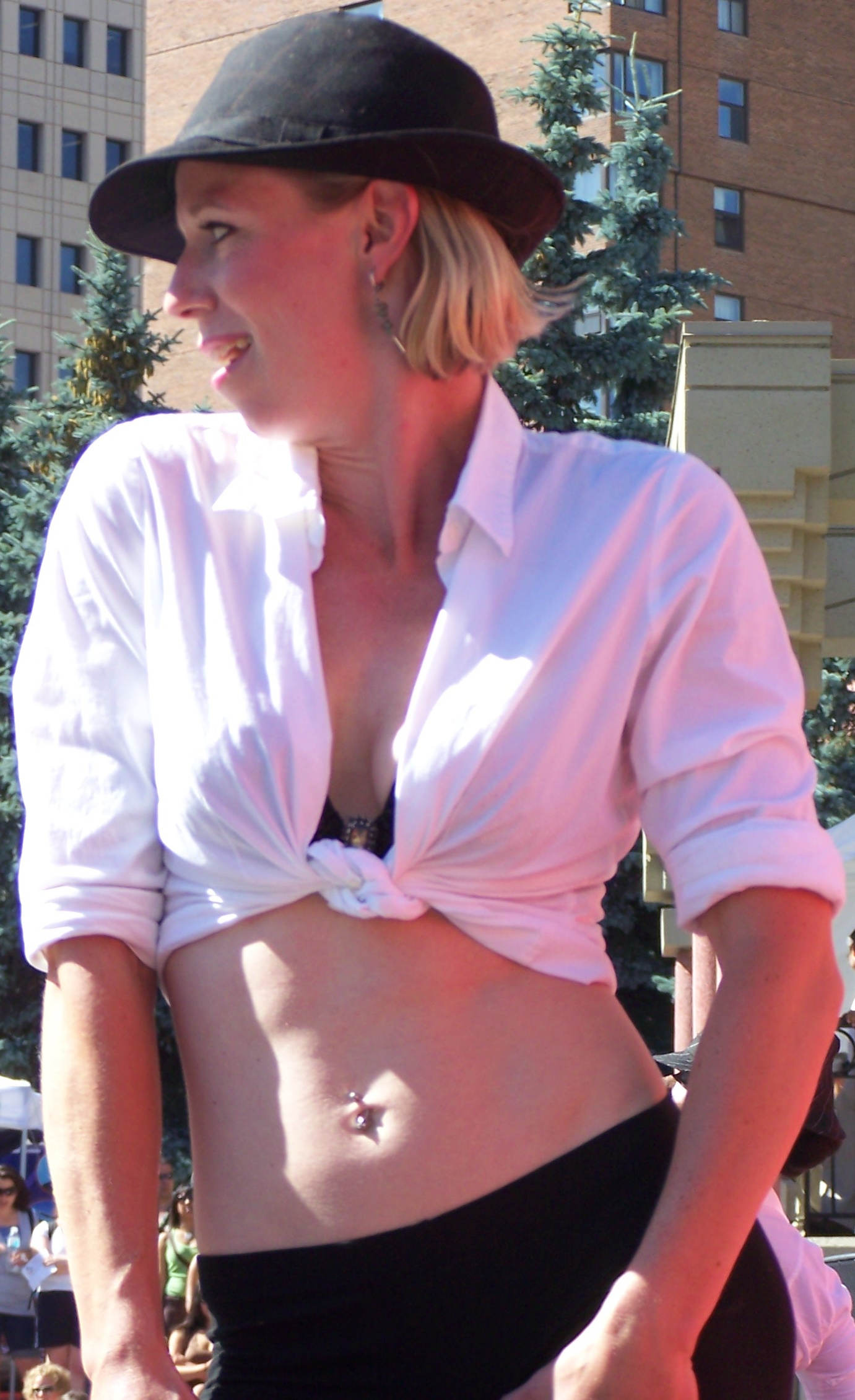 Description Woman with tied shirt.jpg