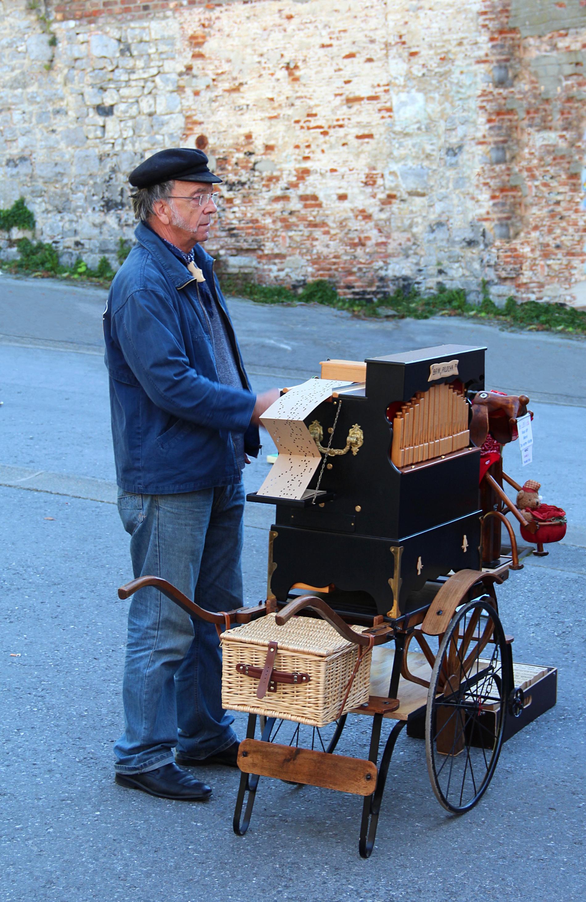 0 Joueur d'orgue de barbarie - Dinant.JPG