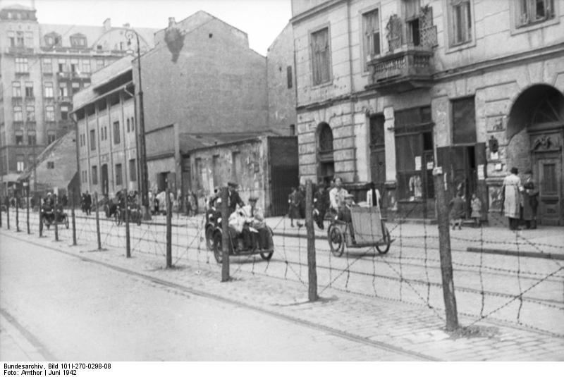 http://upload.wikimedia.org/wikipedia/commons/2/24/Bundesarchiv_Bild_101I-270-0298-08%2C_Polen%2C_Ghetto_Warschau%2C_Drahtzaun.jpg