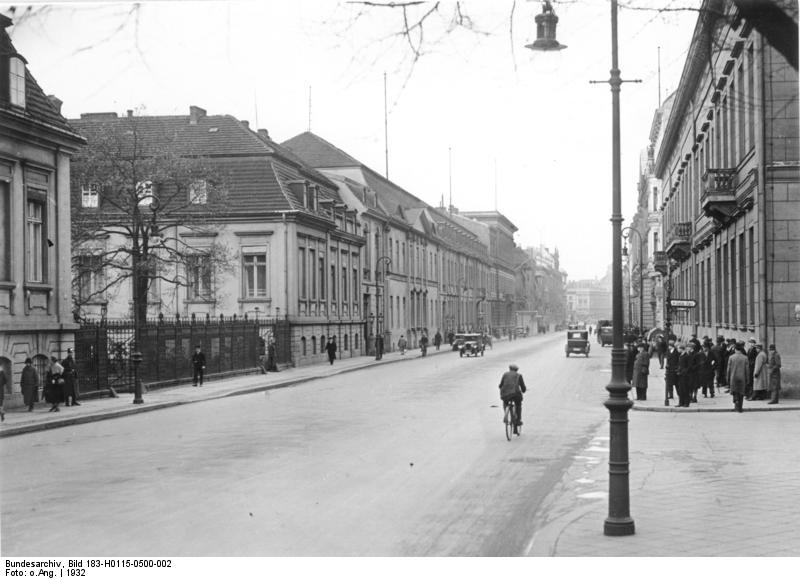 Wilhelmstraße, Bundesarchiv, Bild 183-H0115-0500-002 / CC-BY-SA 3.0 [CC BY-SA 3.0 de (https://creativecommons.org/licenses/by-sa/3.0/de/deed.en)], via Wikimedia Commons