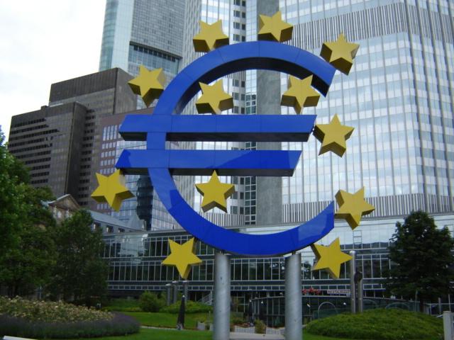 Símbolo del euro frente al Banco Central Europeo
