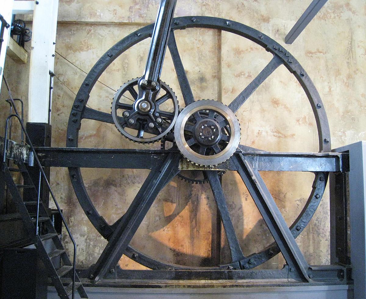 Джеймс Уатт патентует усовершенствованный паровой двигатель и способ преобразования поступательного движения во вращательное